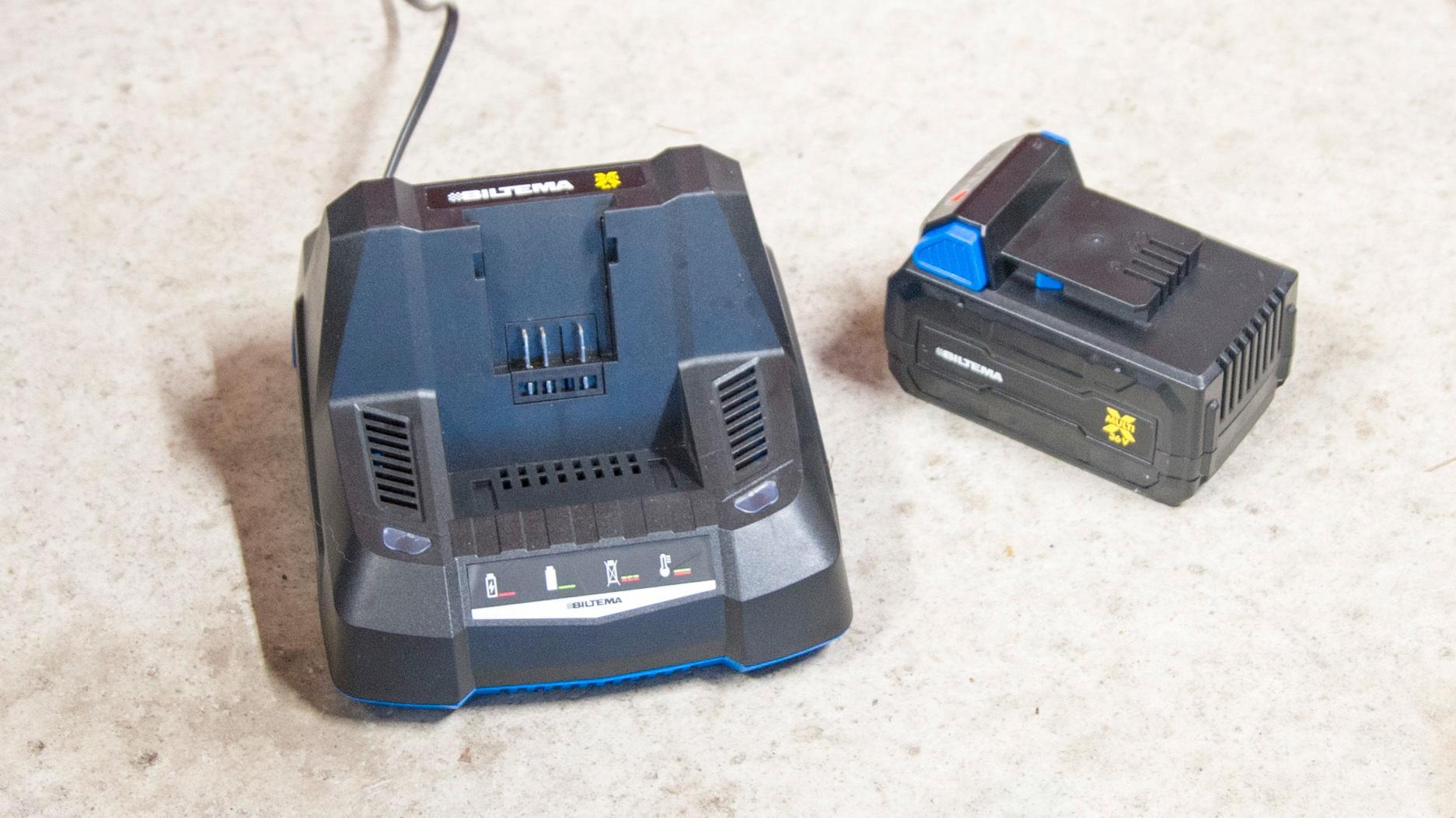 Kjøper du snøskuffen til Biltema må du også kjøpe batteri og lader utenom.