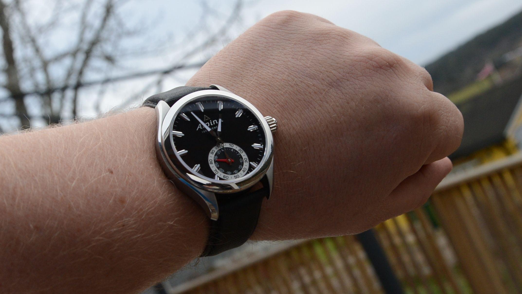 Alpina Horological Smartwatch ser ut som en klassisk ur. Foto: Ole Henrik Johansen / Tek.no