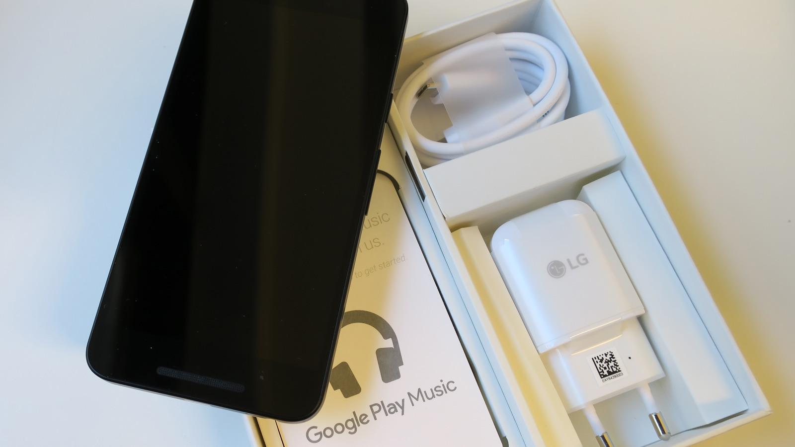 I esken finner du telefonen, en lader med USB Type-C, og en kabel med Type C-plugg i begge ender. Her finnes også litt papir, men ikke øreplugger eller noen adapter for USB Type-C til standard USB. Foto: Espen Irwing Swang, Tek.no