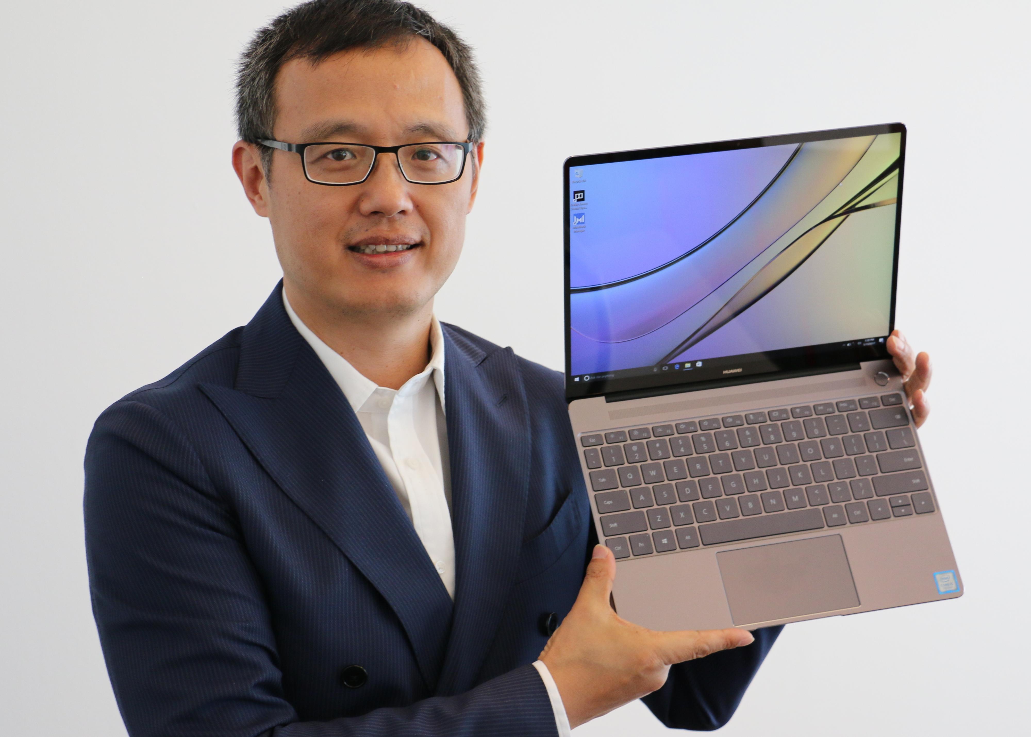 Sjef for sentral- og øst-Europa, samt Norden, Yanmin Wang, viser frem nye MateBook X. Denne sikter seg inn mot «high end»-markedet, et sted Huawei hører naturlig hjemme, mener Wang.