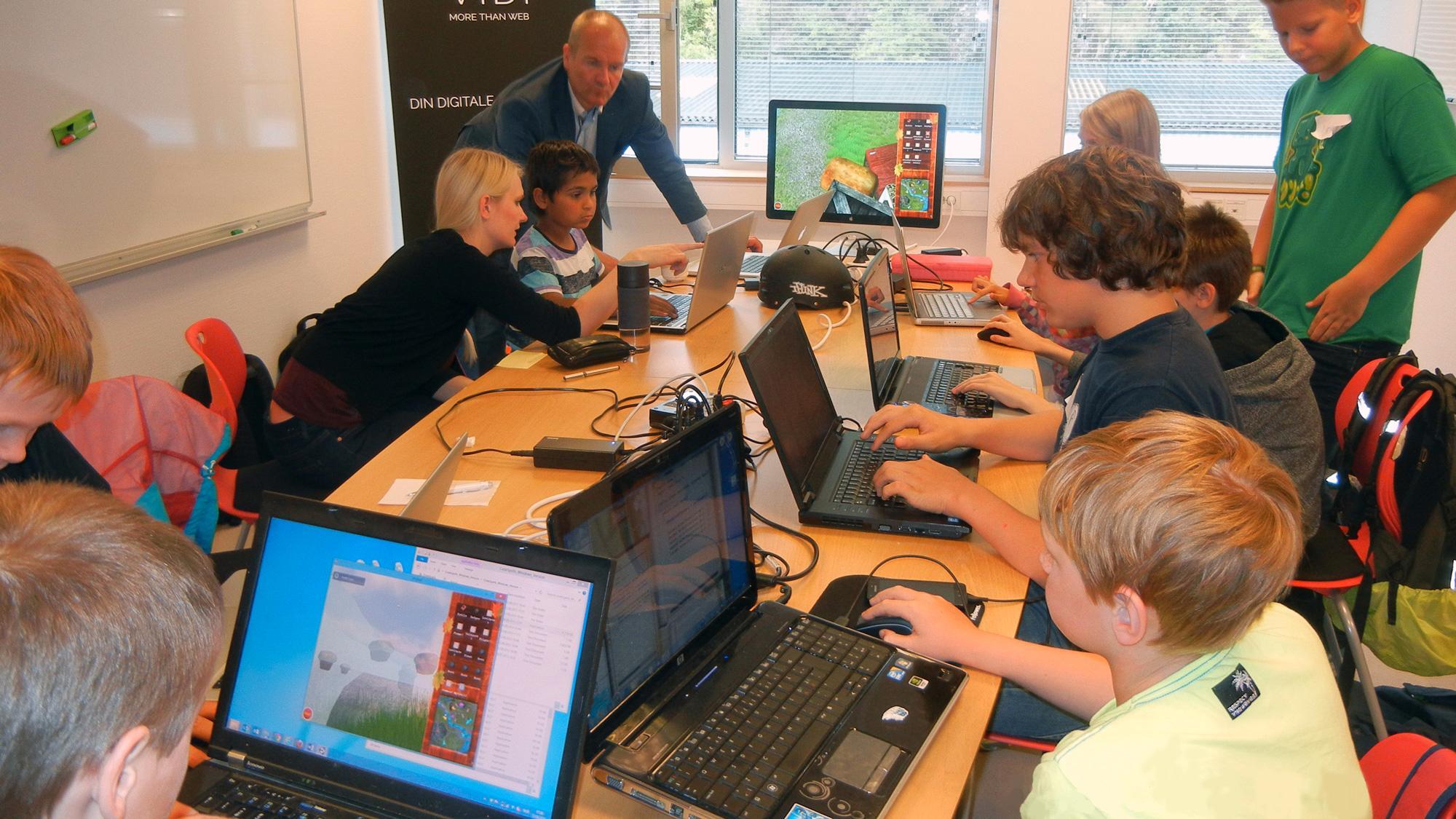 Her underviser IT-profferbarn i programmering –gratis