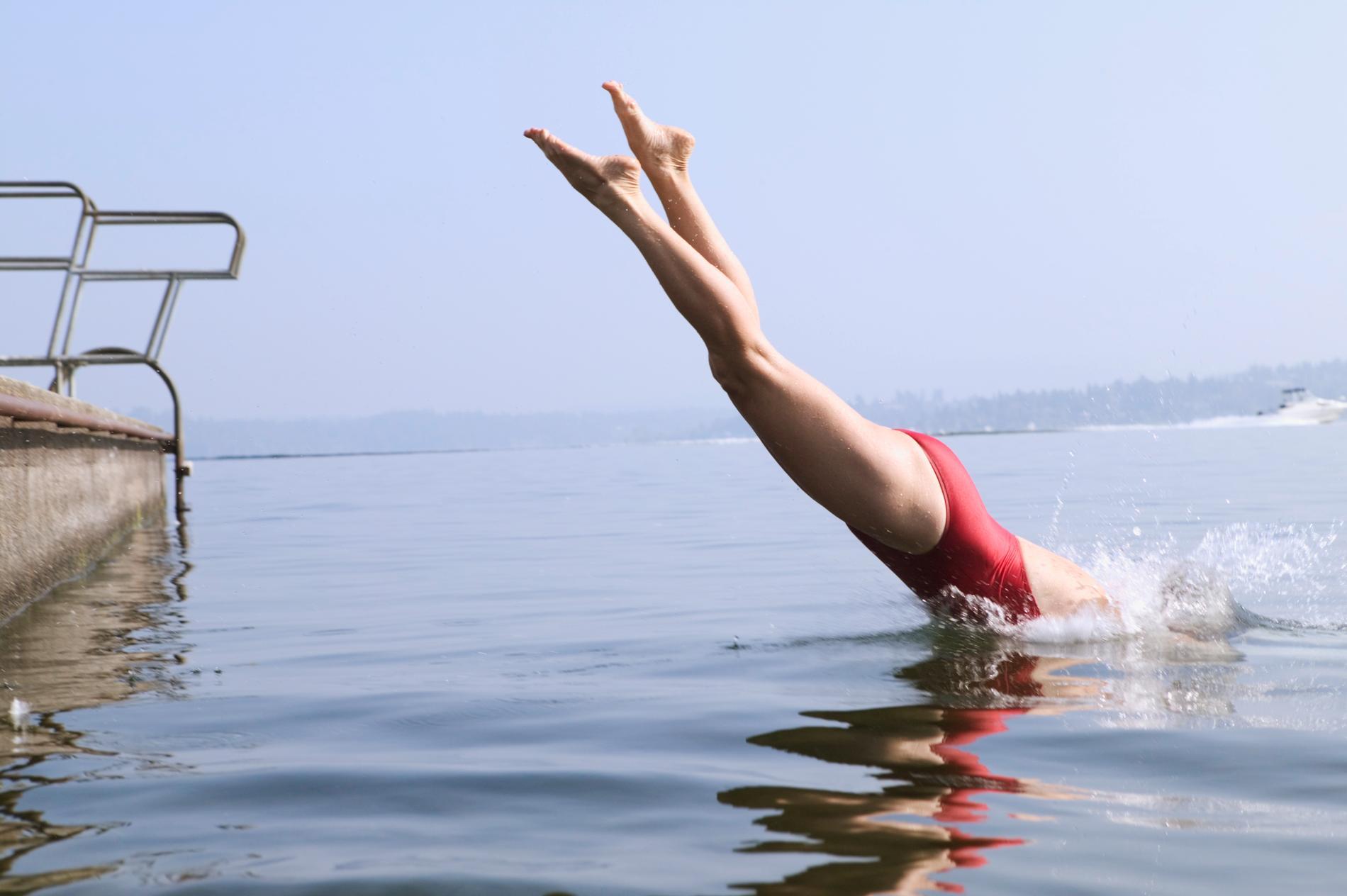 Simning i öppet vatten är en av sommarens träningstrender. Och extra intensiv träning kan det bli med mycket vågor och blåst.