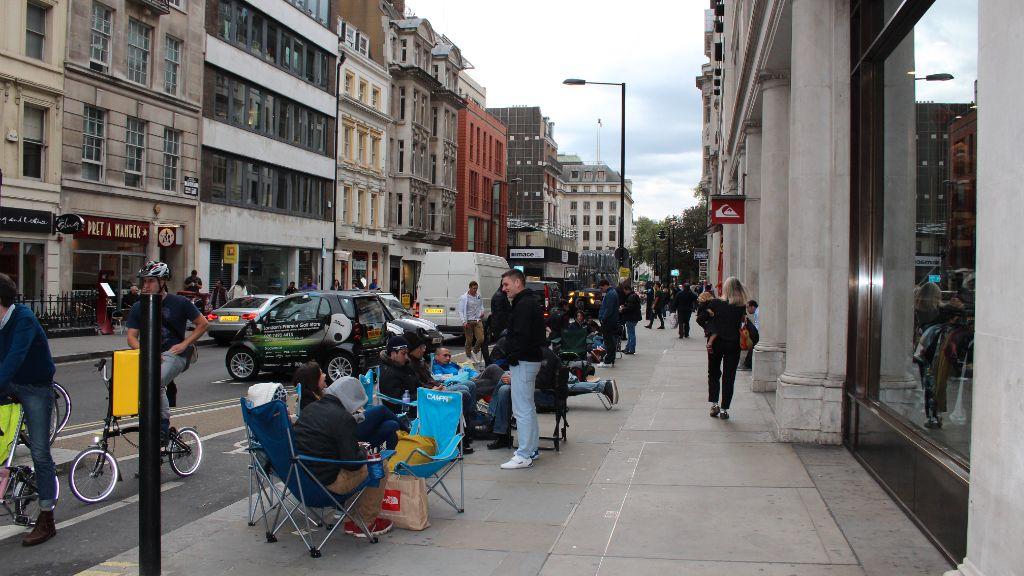 Fra køen i Hanover Street. Campingstoler og solsenger er et vanlig syn natten til salgsstart for iPhone.Foto: Espen Irwing Swang, Amobil.no