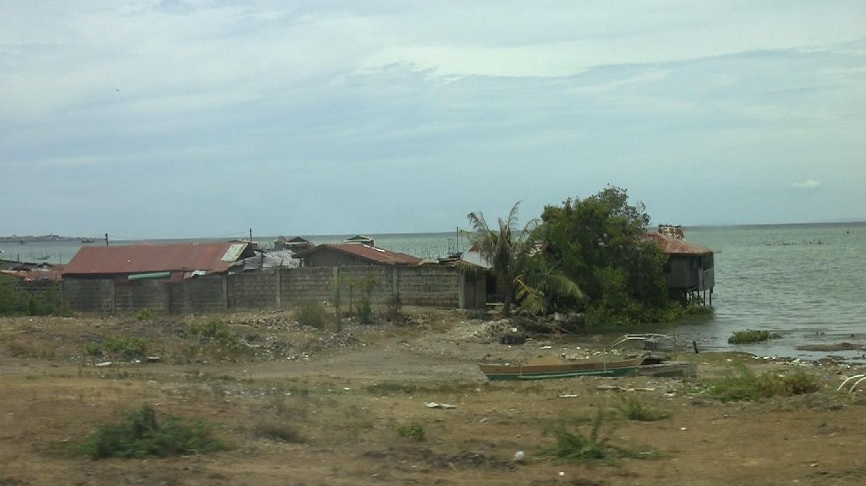 Slik bor mange av innbyggerne på Mactan, utenfor Cebu.Foto: Espen Irwing Swang, Amobil.no
