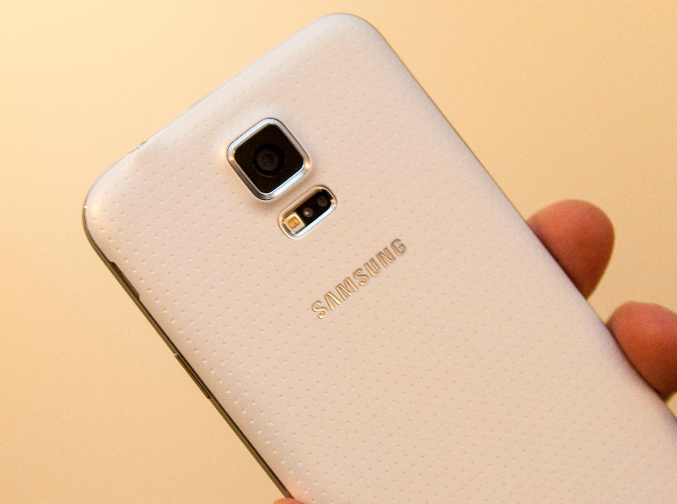 """Den """"perforerte"""" baksiden på Samsung Galaxy S5 er blitt sammenlignet med et plaster.Foto: Finn Jarle Kvalheim, Amobil.no"""