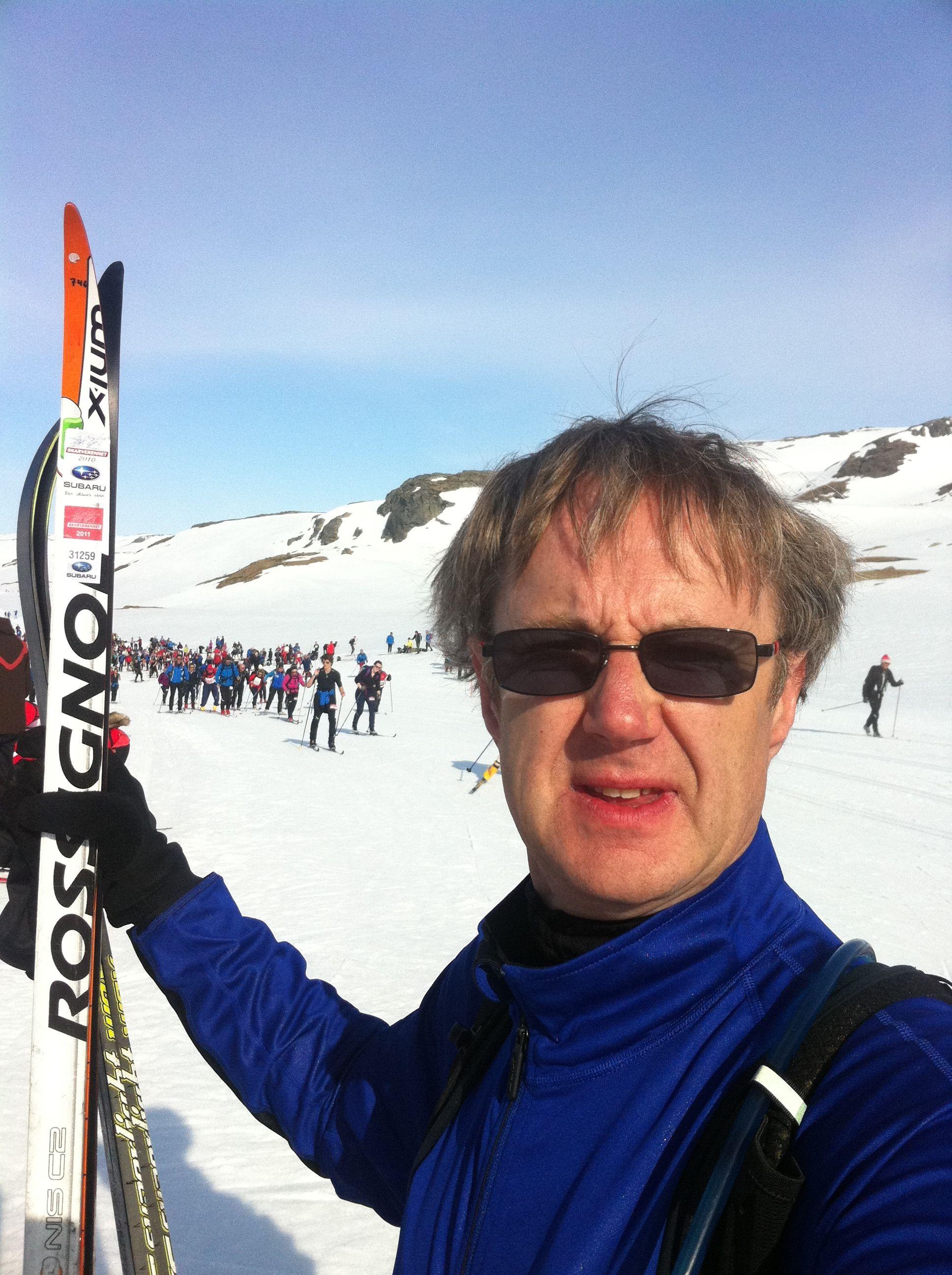 Dekningsdirektøren går selv Skarverennet for å teste dekningen. (Foto: Bjørn Amundsen)