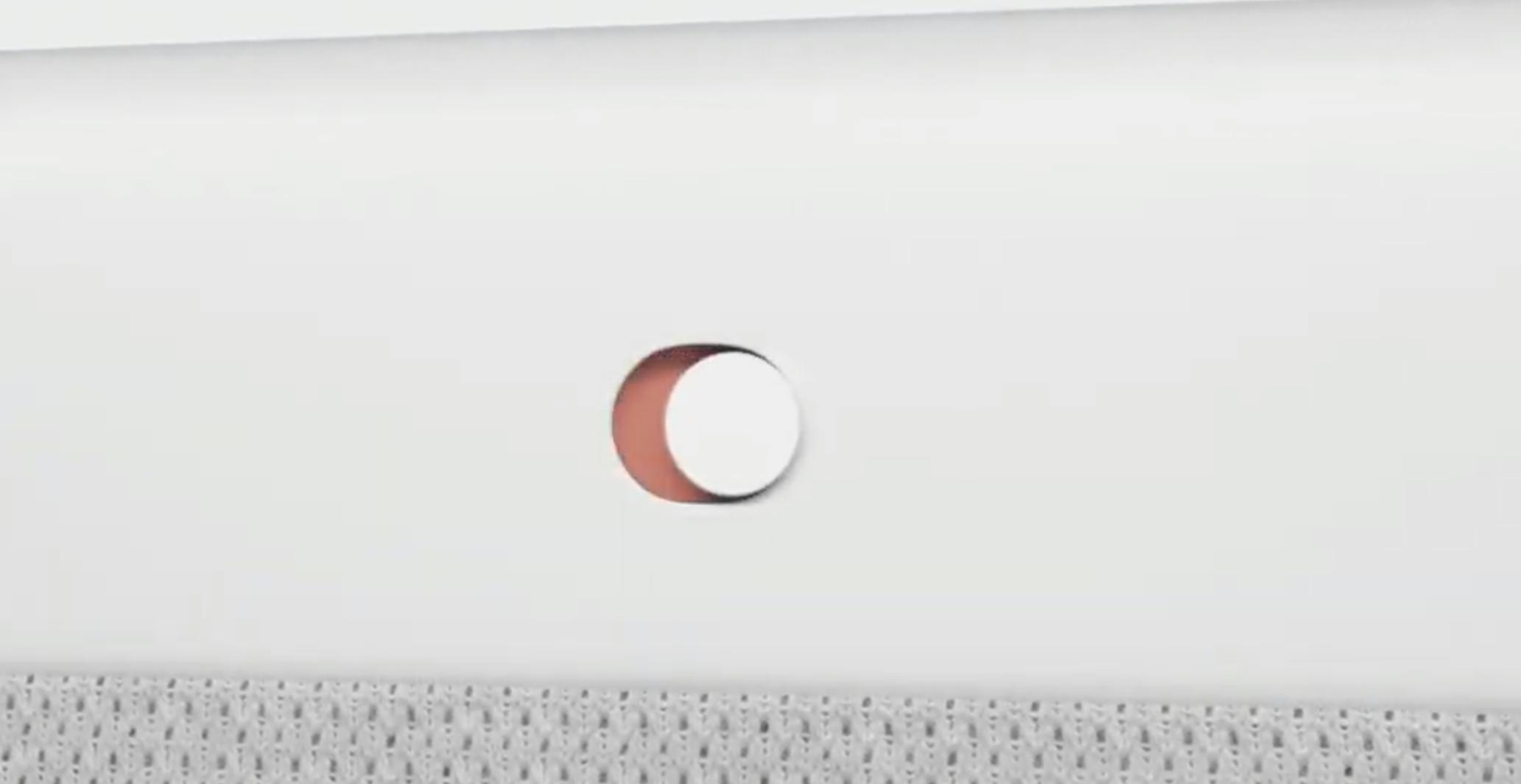 En fysisk knapp på baksiden lar deg skru av strømmen til kameraet, i tilfelle du ikke liker å bli sett på.