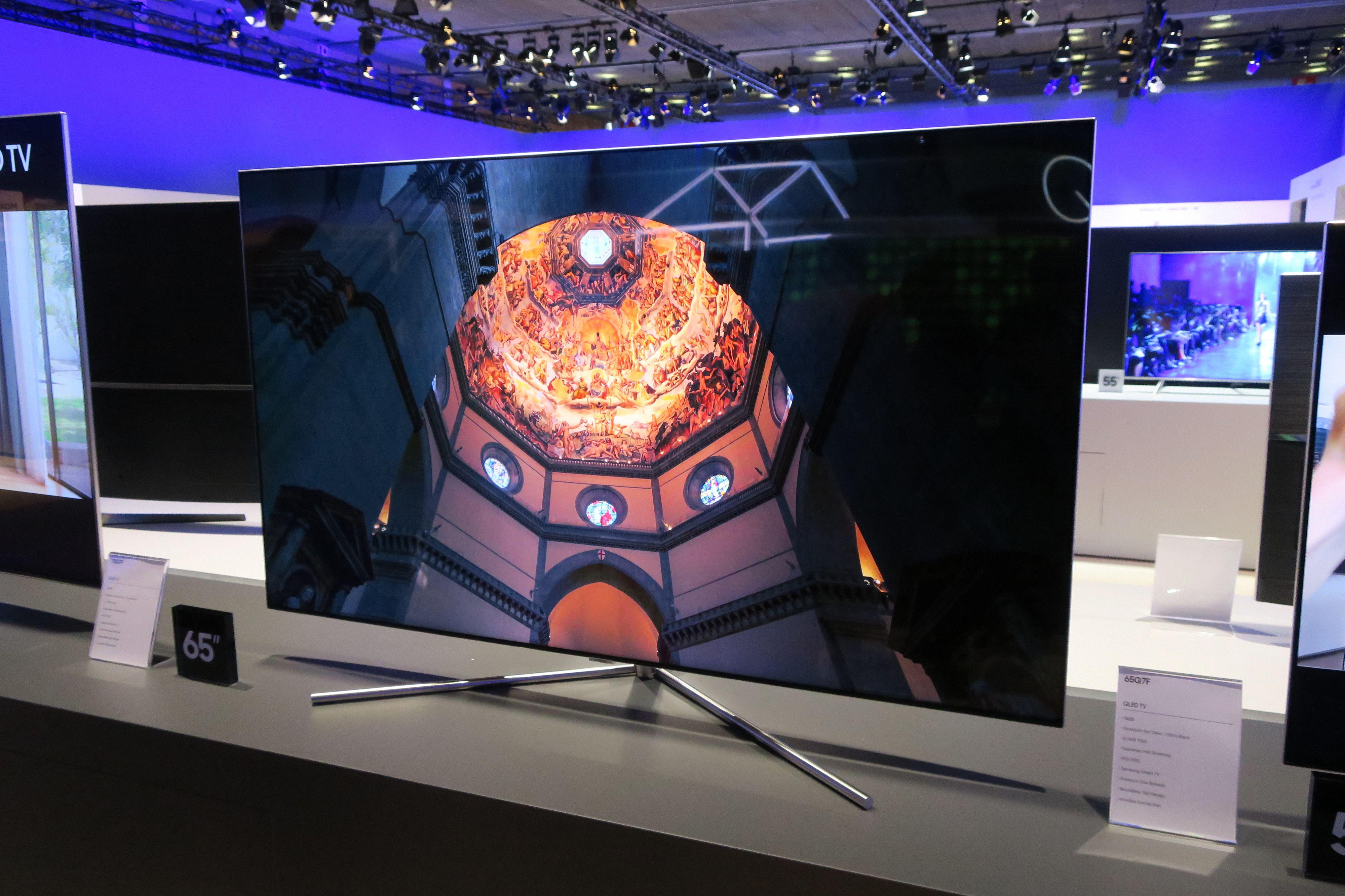 Her ser du Samsung Q7 í flat utgave.