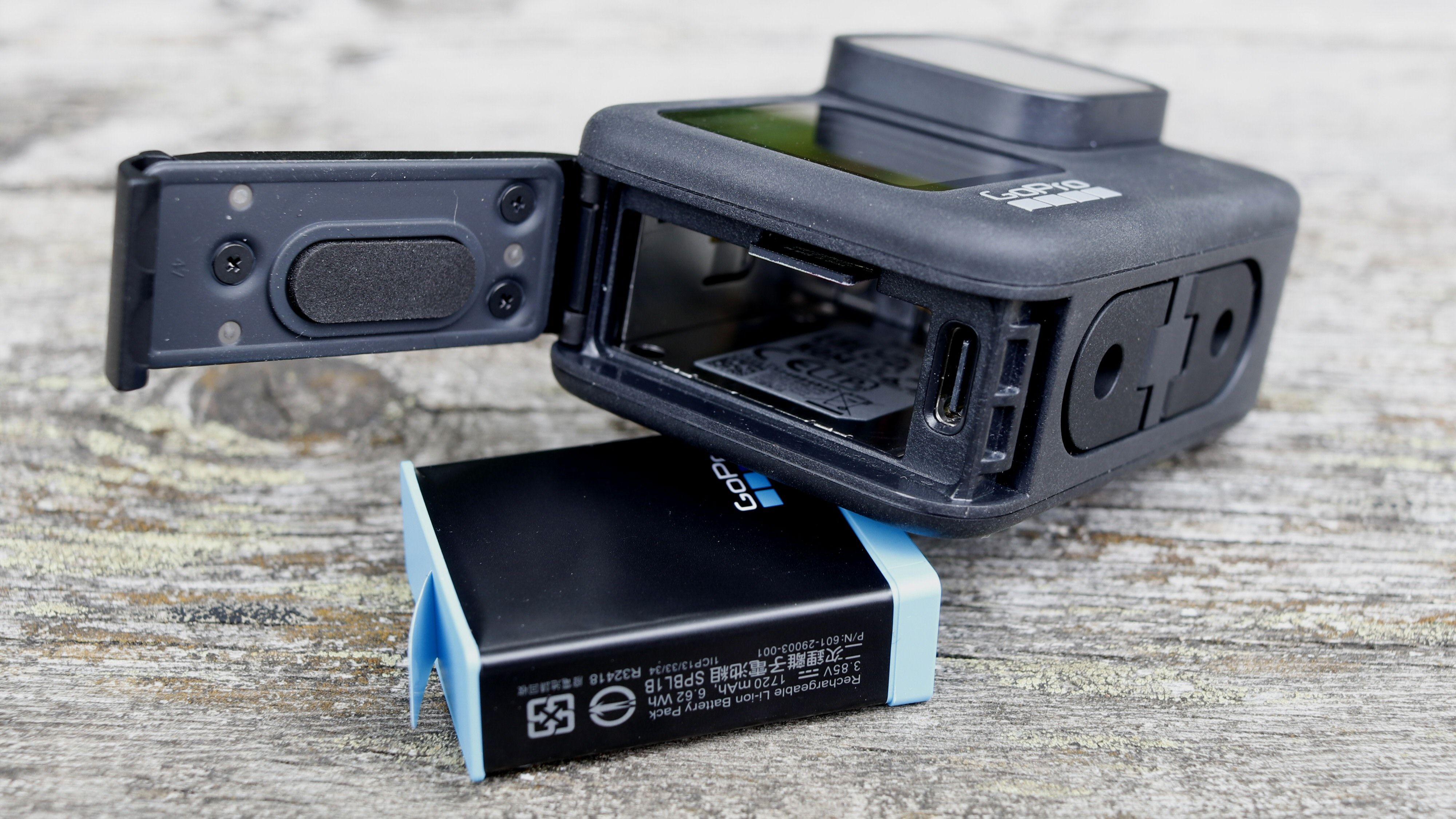 GoPro Hero9 Black har kun én luke. Her finner vi USB-C-porten, samt batteri og plass til microSD-kort.