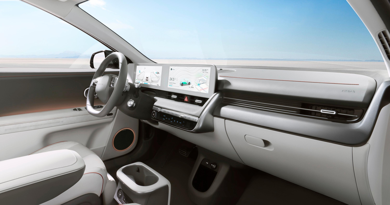 Førermiljøet har et ganske minimalistisk preg, med to 12,25-tommers skjermer for henholdsvis instrumentpanelet og infotainmentskjermen. Ioniq 5 får også mulighet for headup-display.