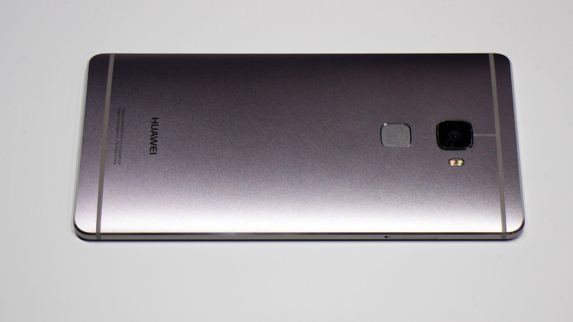 En ren og avrundet metall bakside. Ikke ulik HTC M9. Foto: Odd Richard Valmot, Tek.no