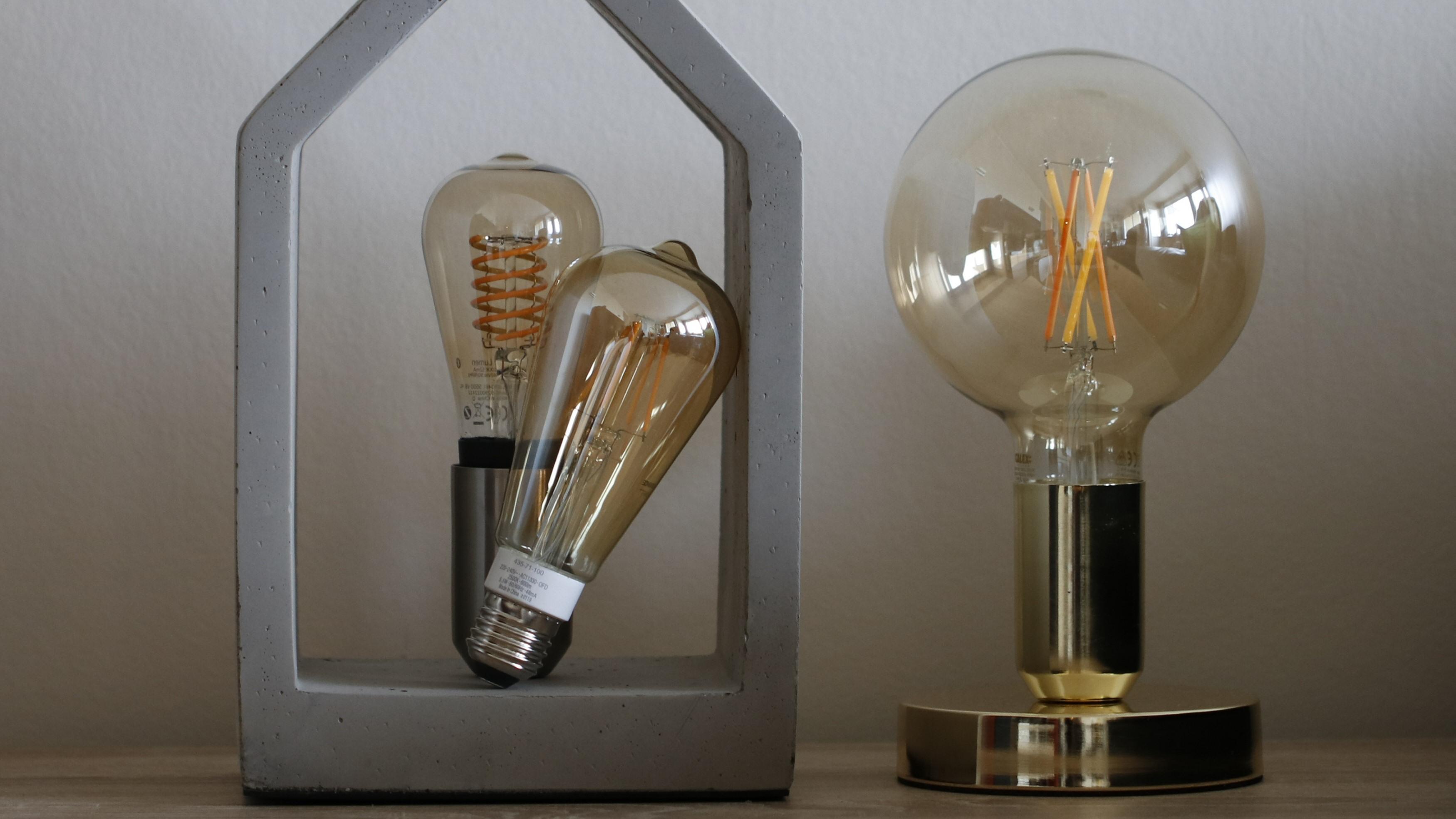 Smarte filamentpærer fra Philips Hue, Ledvance og Calex. Sistnevnte har filamenttråder med forskjellige fosformikser, noe som gjør det mulig å justere fargetemperaturen.