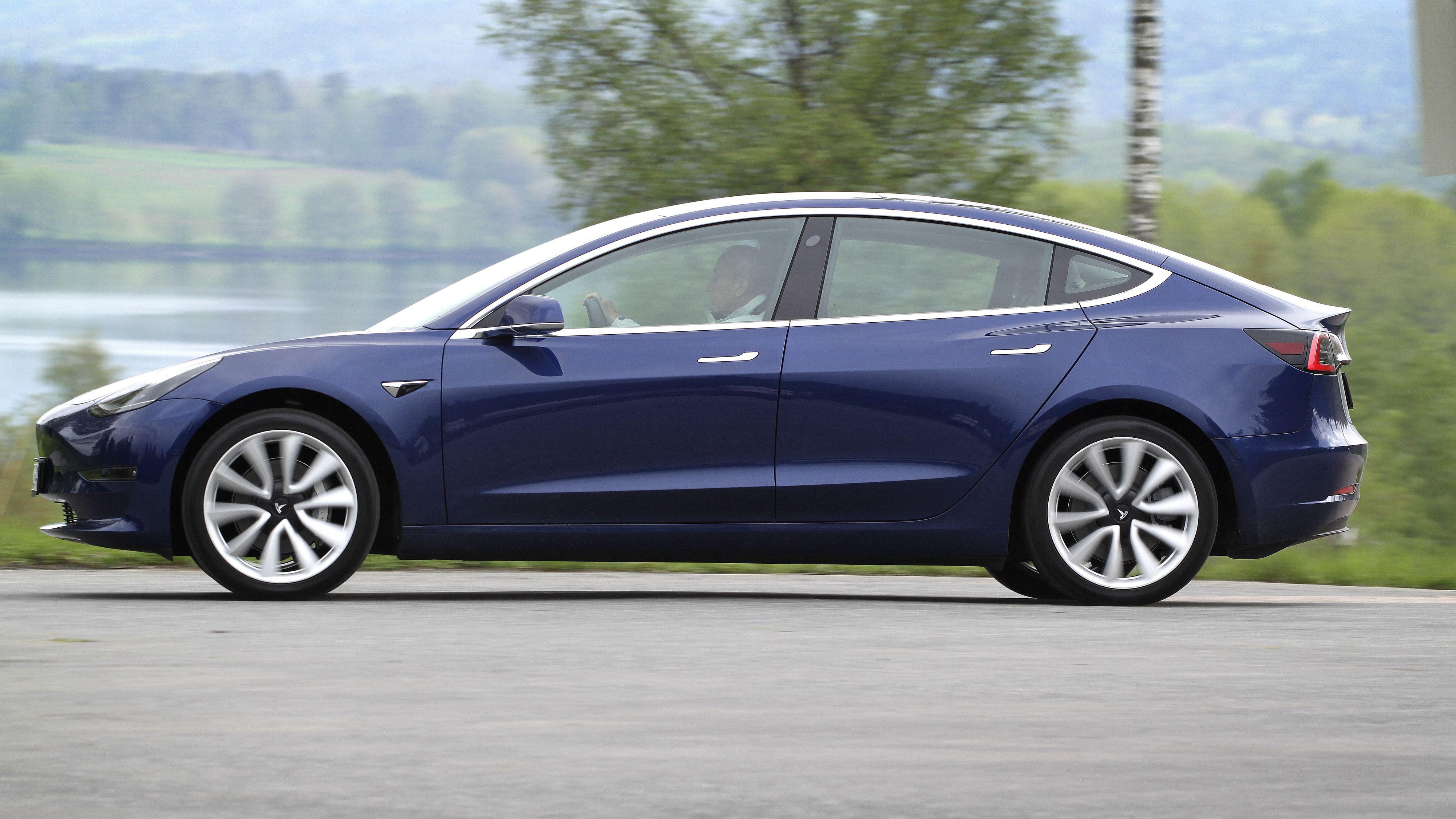 Tesla Model 3 inntok igjen salgstoppen i mars. Godt over 2000 biler ble fasit.