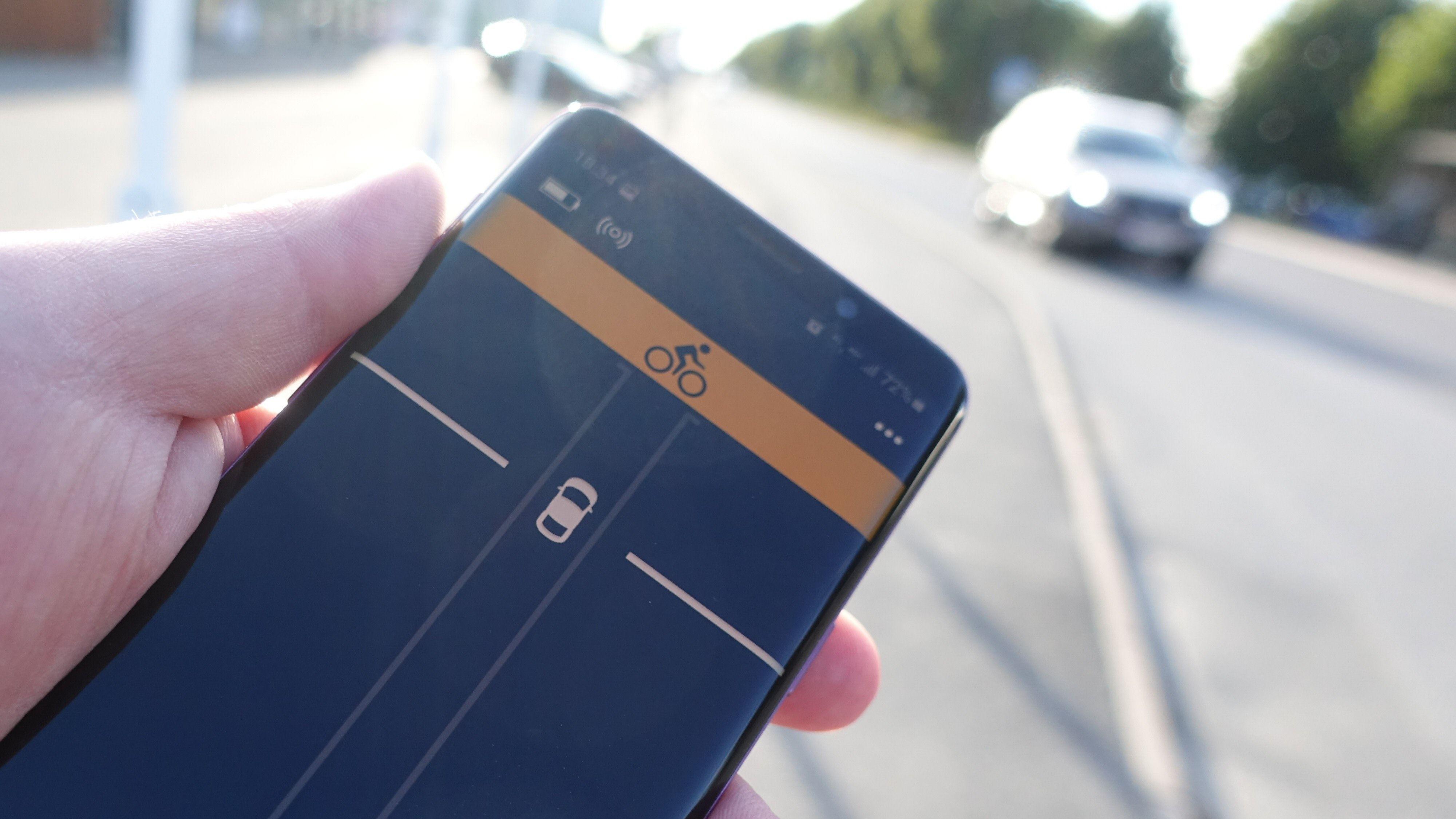 Radaren sørger for at bilen på veien representeres med en bil som beveger seg oppover på skjermen.