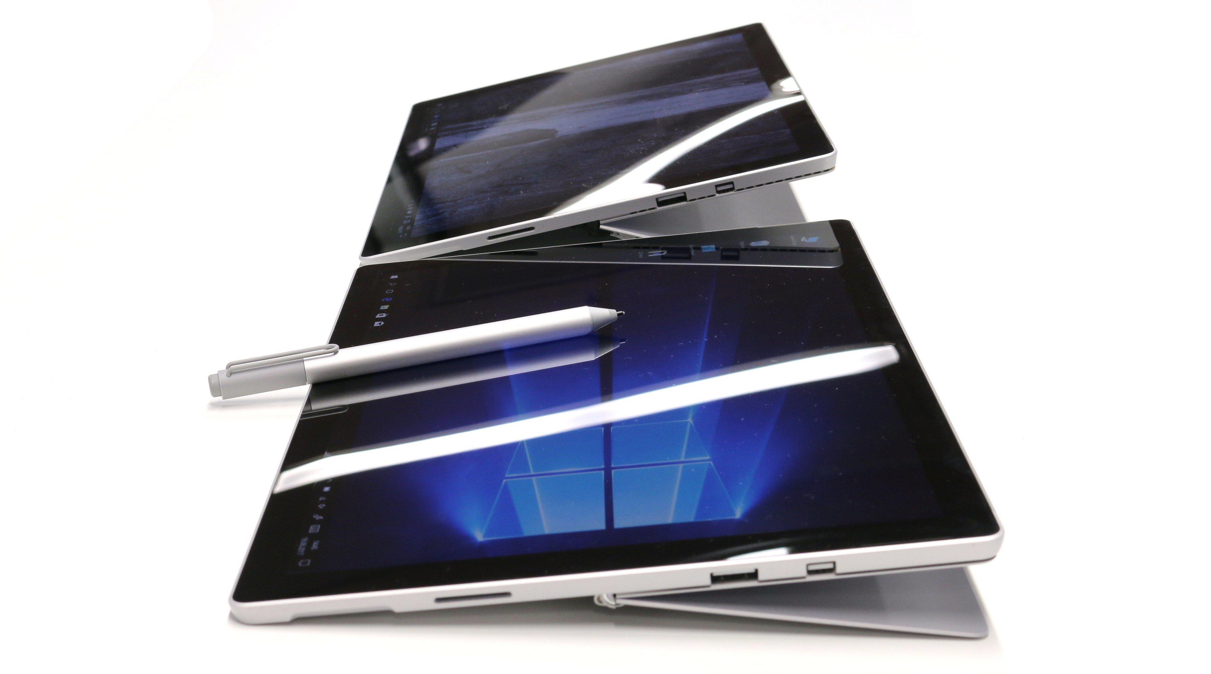 Nye Surface Pro (nærmest) kan legges i en lavere vinkel mot bordplaten enn Surface Pro 4.