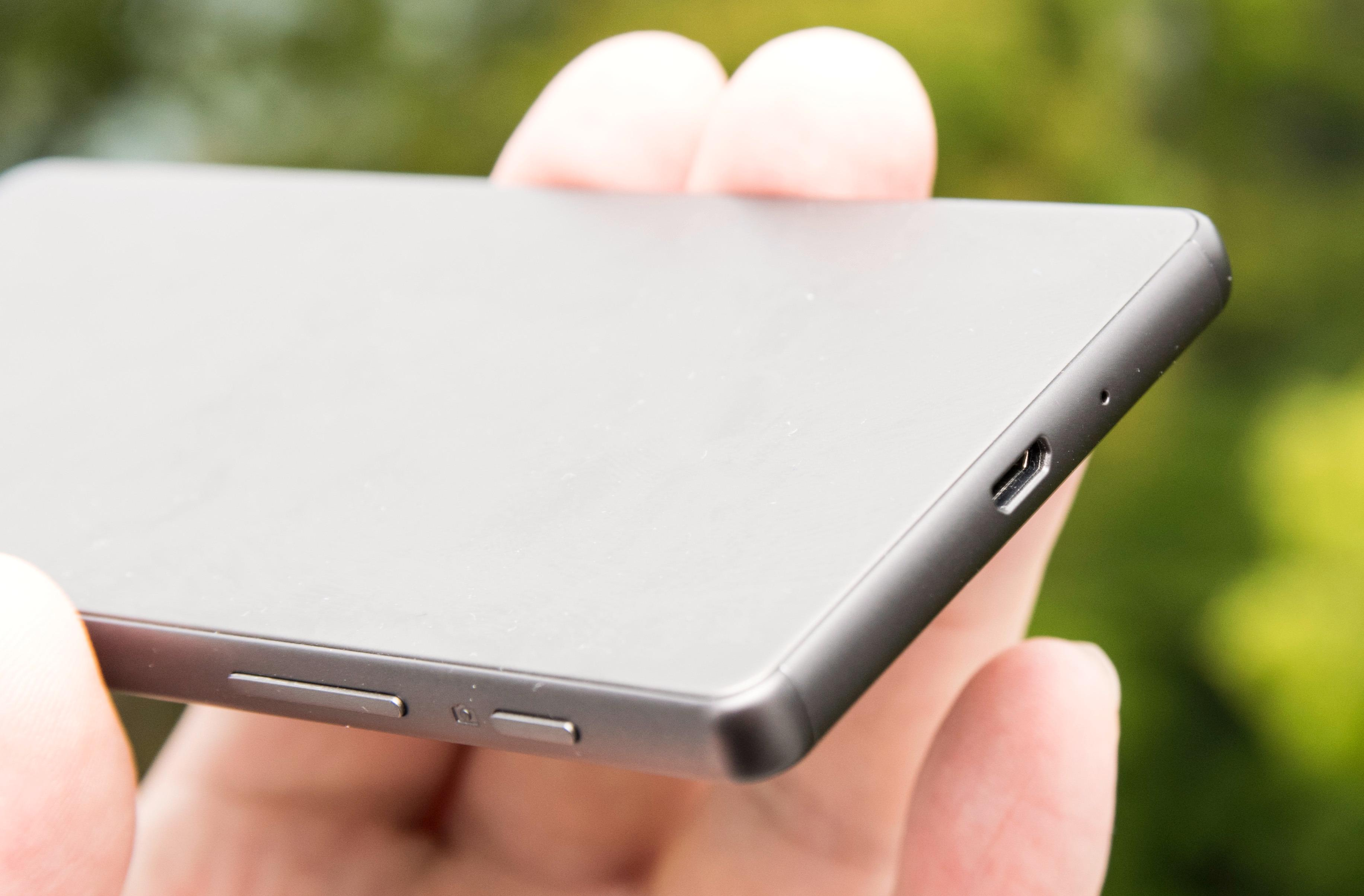 Xperia X kjører fortsatt Micro-USB fremfor den nye USB type-C-pluggen. Volumtastene bor fortsatt litt vel langt ned på telefonen, sammen med utløsertasten.