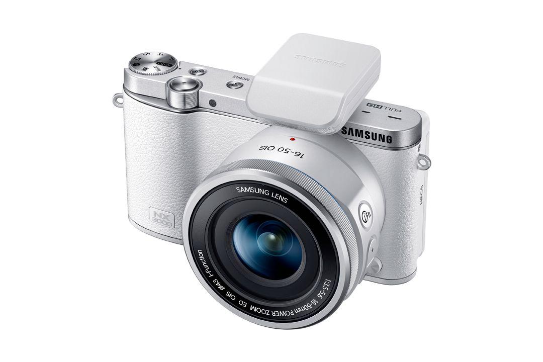 NX3000 leveres med en ekstern blits.Foto: Samsung