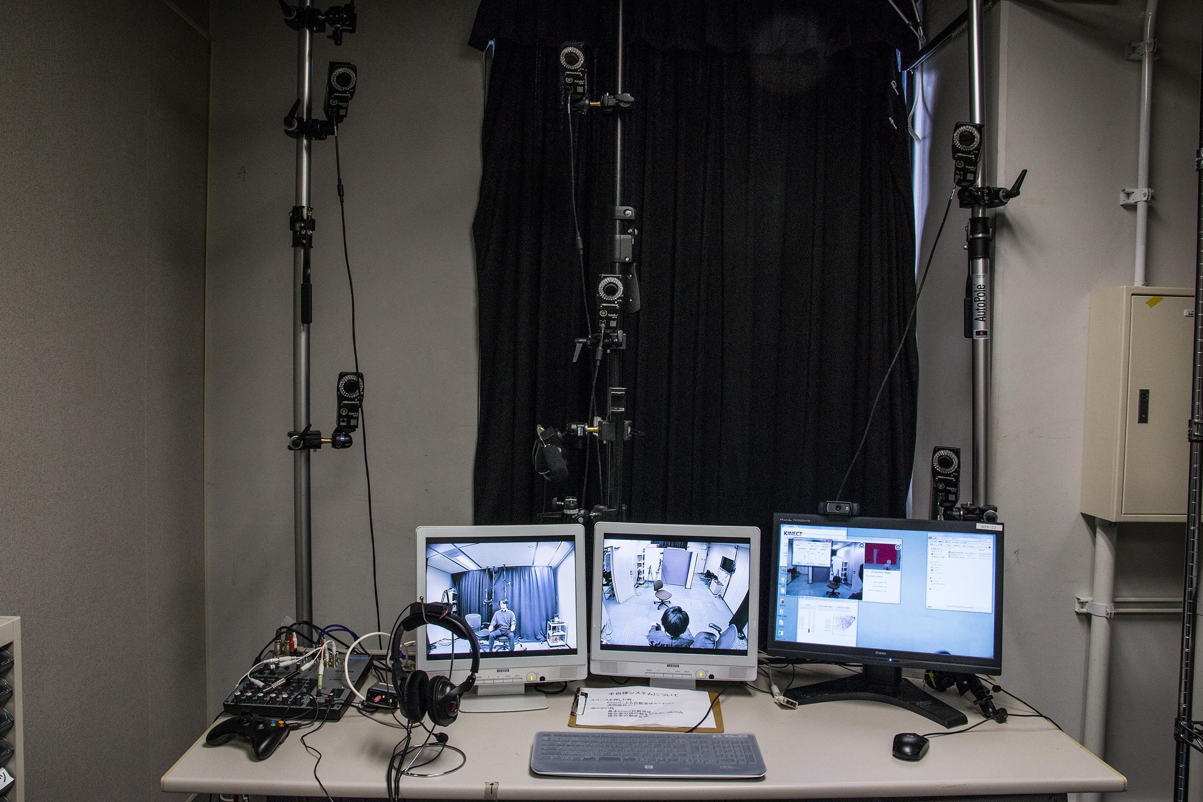 Fra denne kontrollstasjonen styres androiden; enten den er i naborommet eller på et annet kontinent.Foto: Varg Aamo, Hardware.no