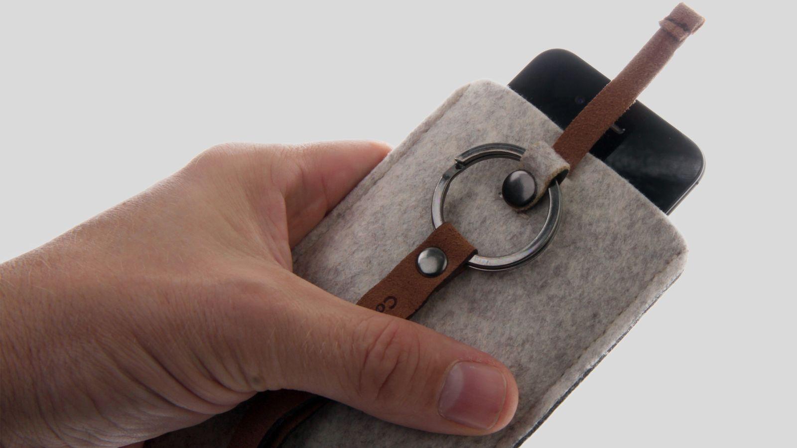 Cooler Master Dorset Pouch har en liten lærstropp øverst som brukes til å løfte telefonen ut av etuiet.Foto: Kurt Lekanger, Amobil.no