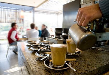 Telenor ser i første omgang for seg betaling i kaffebarer (Foto: Kristian Gehradte)