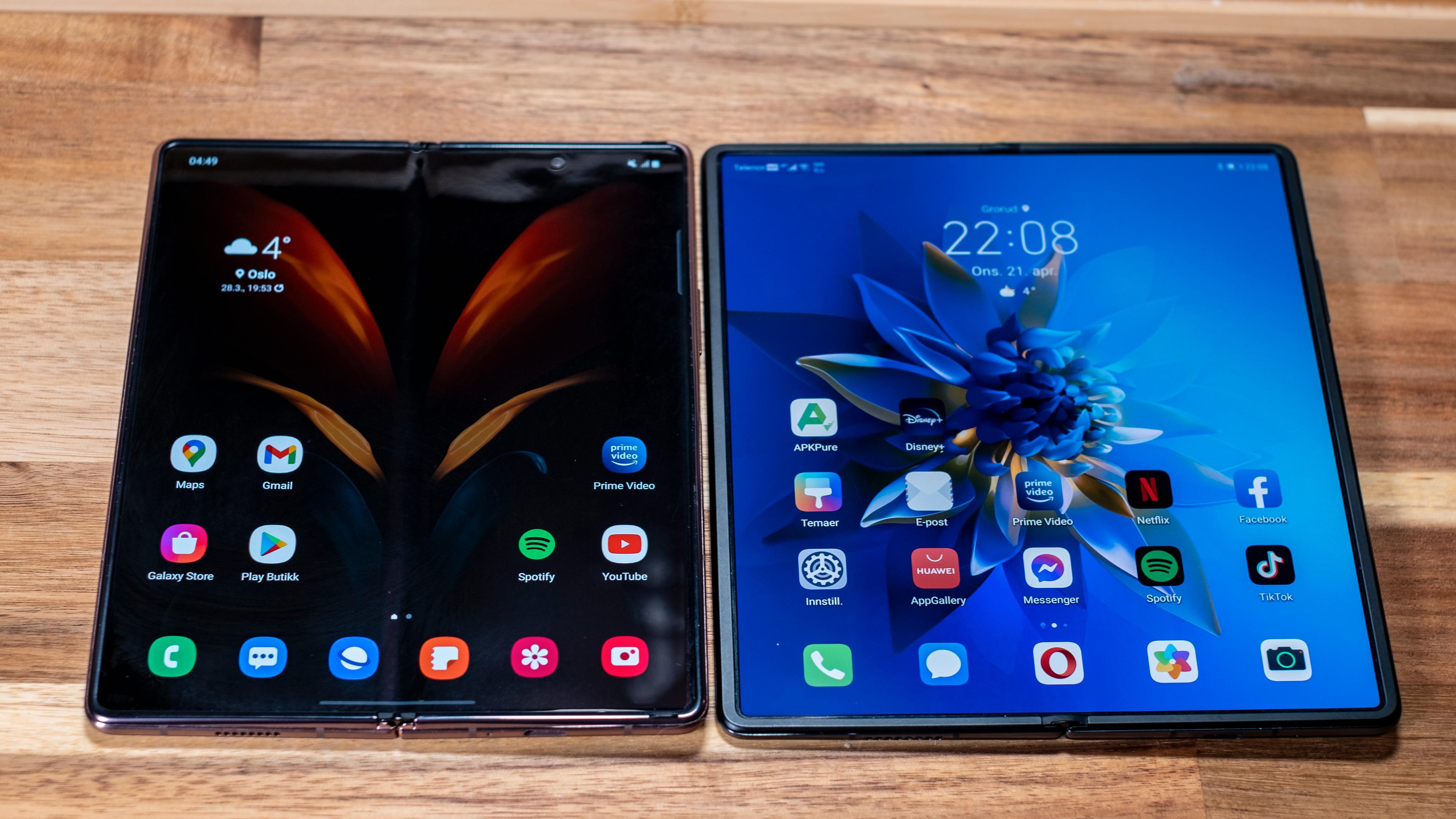Med sine 7,6 tommer er Galaxy Z Fold2 til venstre noe mindre enn Huaweis Mate X2, som har en 8-tommers innerskjerm. Det er også merkbart i vanlig sammenbrettet bruk, der Samsungen fremstår som vesentlig mer kompakt.