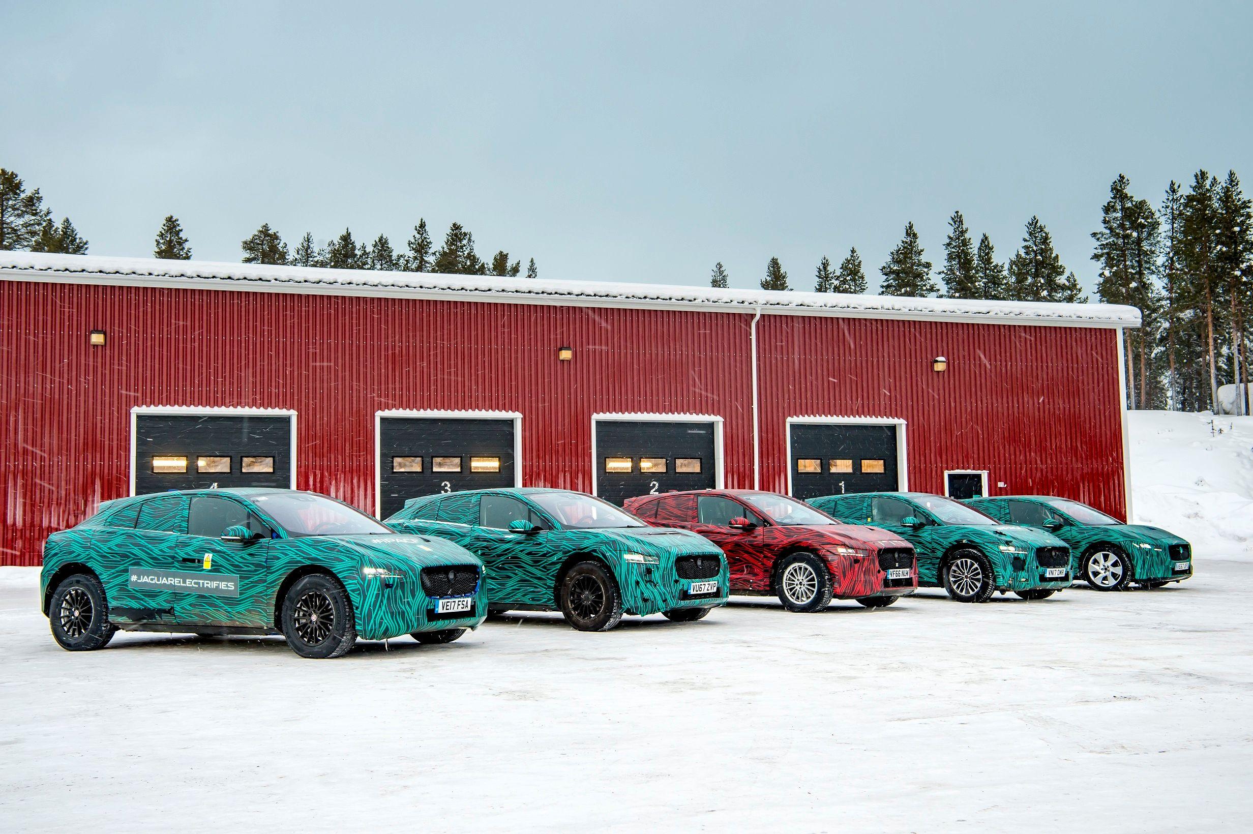Jaguar i-Pace vil kunne hurtiglade med minst 100 kW gjennom en CCS-kontakt.