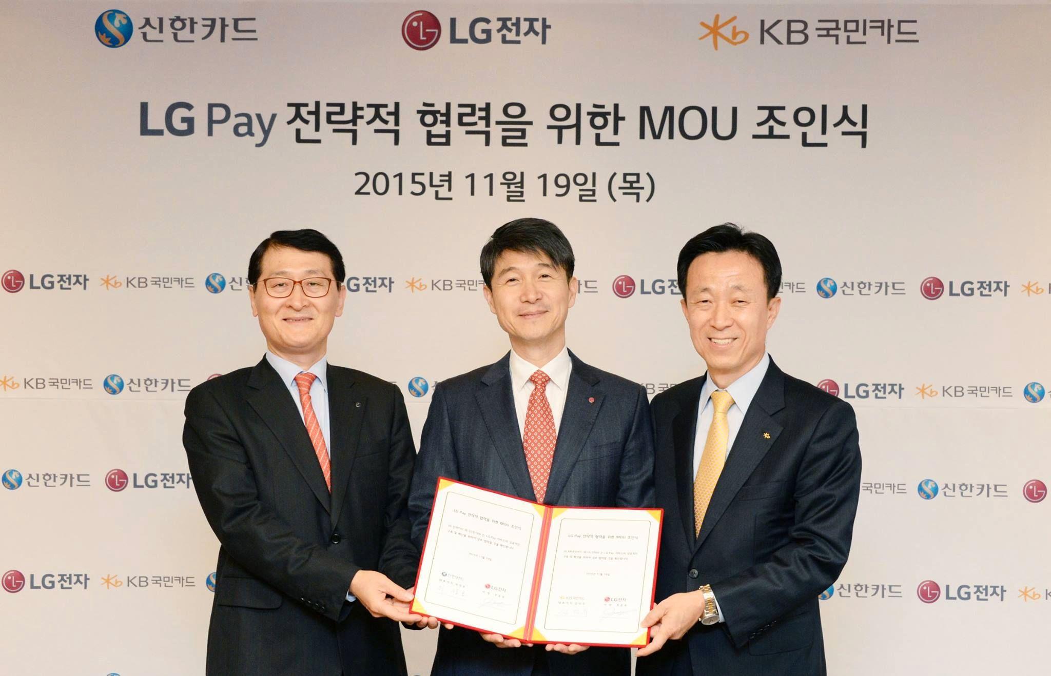 Her offentliggjøres den nye mobilbetalingsløsningen. Fra venstre Shinhan Card-sjef Wi Sung-ho, i midten LG Mobile-sjef Juno Cho og til høyre Kim Duk-soo, sjef for KB Kookmin Card. Foto: LG