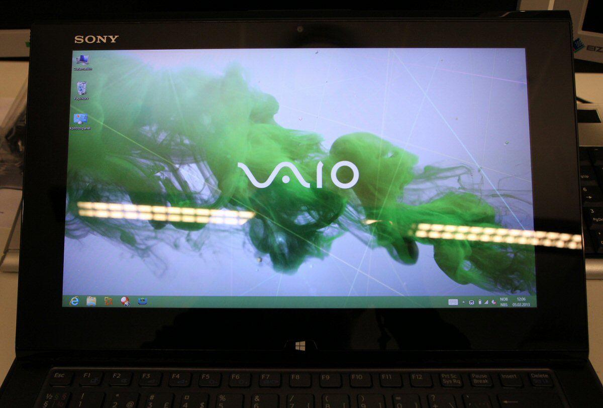 Gjenskinnet ved undertegnedes faste kontorplass. Her med full lysstyrke på skjermen.Foto: Vegar Jansen, Hardware.no