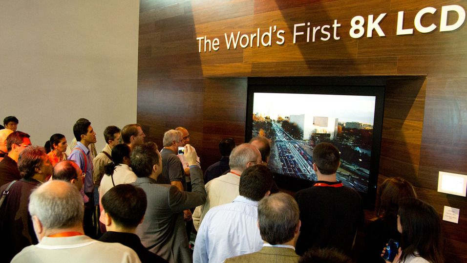 8K-oppløsningen har hittil bare blitt demonstrert på større TV-er. Her viser Sharp frem en prototype av sin 8K-TV for et år siden. Foto: Rolf B. Wegner, Tek.no