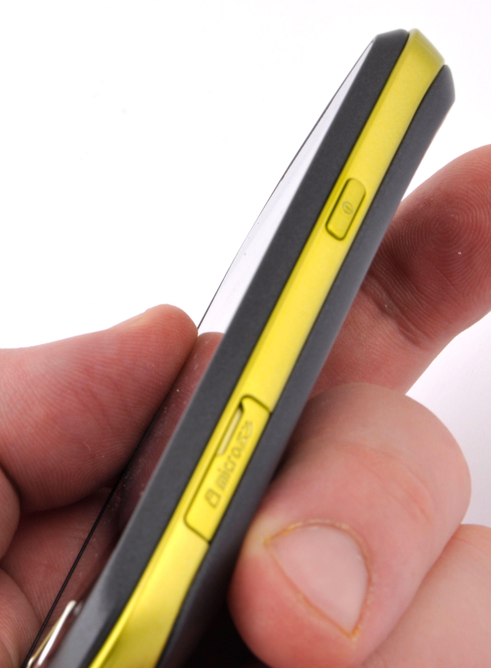 Designen med en farget stripe langs kanten gjør at Galaxy Mini ser tynnere ut enn den føles i hånden.