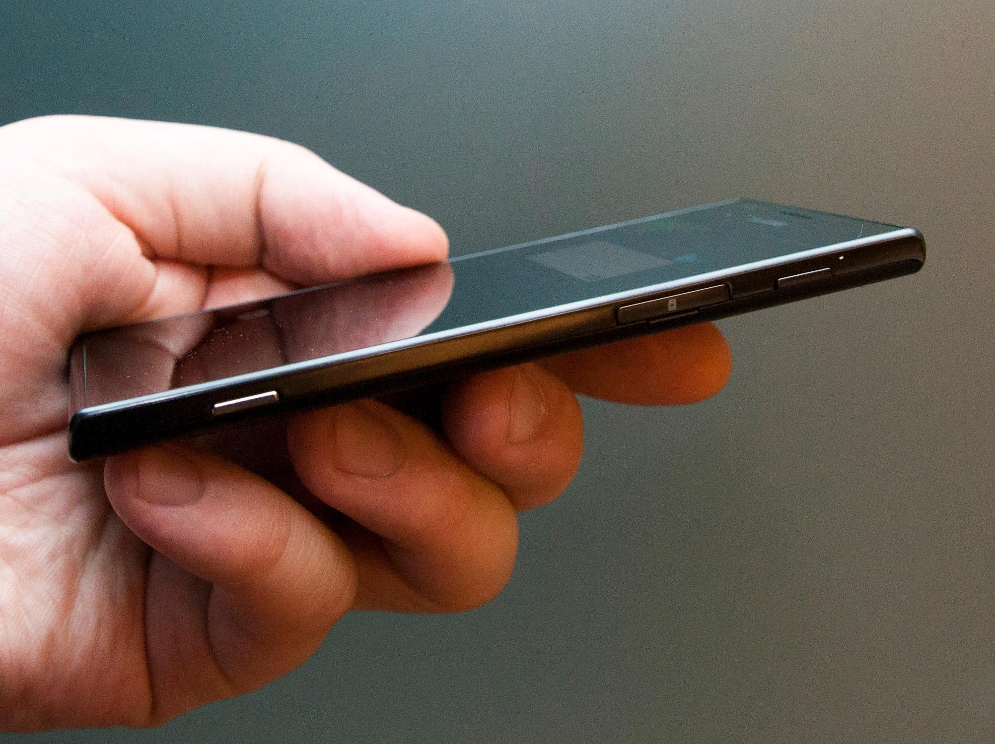 På høyre side av telefonen finner du kameraknapp, luke for SIM-kort og låseknapp. Kameraknappen fungerer når telefonen er låst, men teknikken for å få den til å reagere er ikke helt enkel.Foto: Finn Jarle Kvalheim, Amobil.no