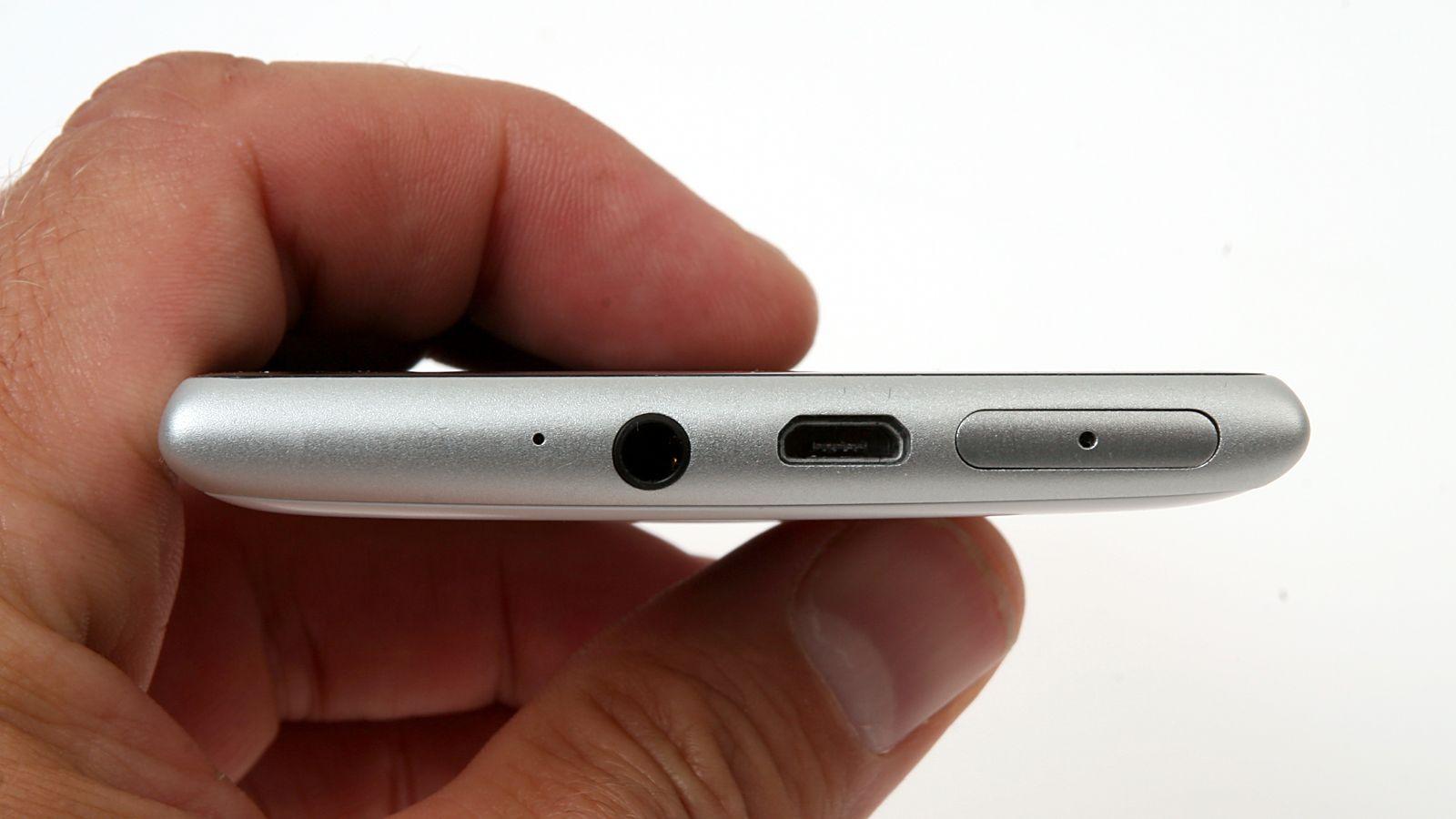 Kontaktene befinner seg på toppen av telefonen.Foto: Kurt Lekanger, Amobil.no