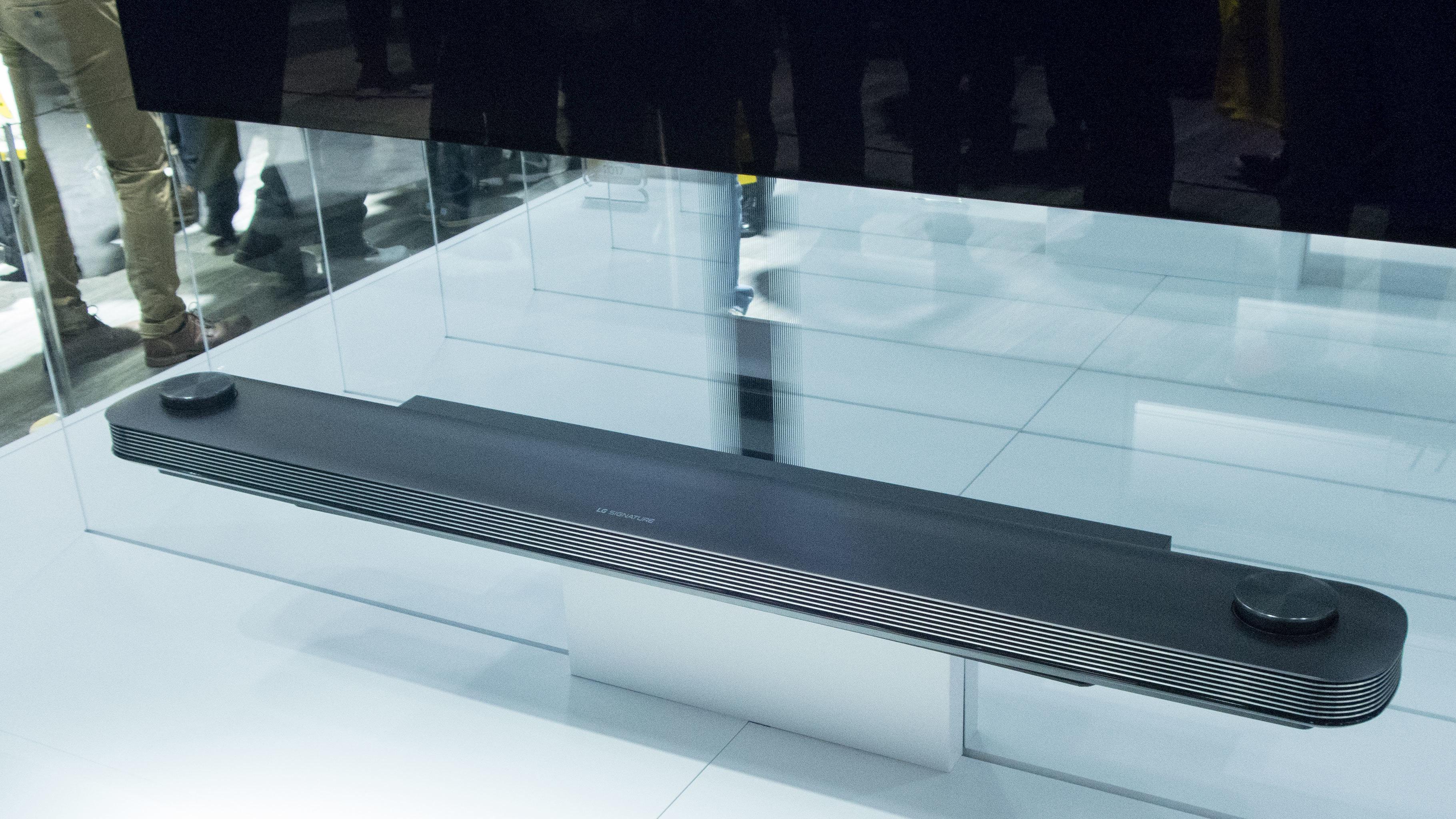 Lydplanken ser bra ut, og tar seg av alle oppgavene du normalt finner på baksiden av TV-er.