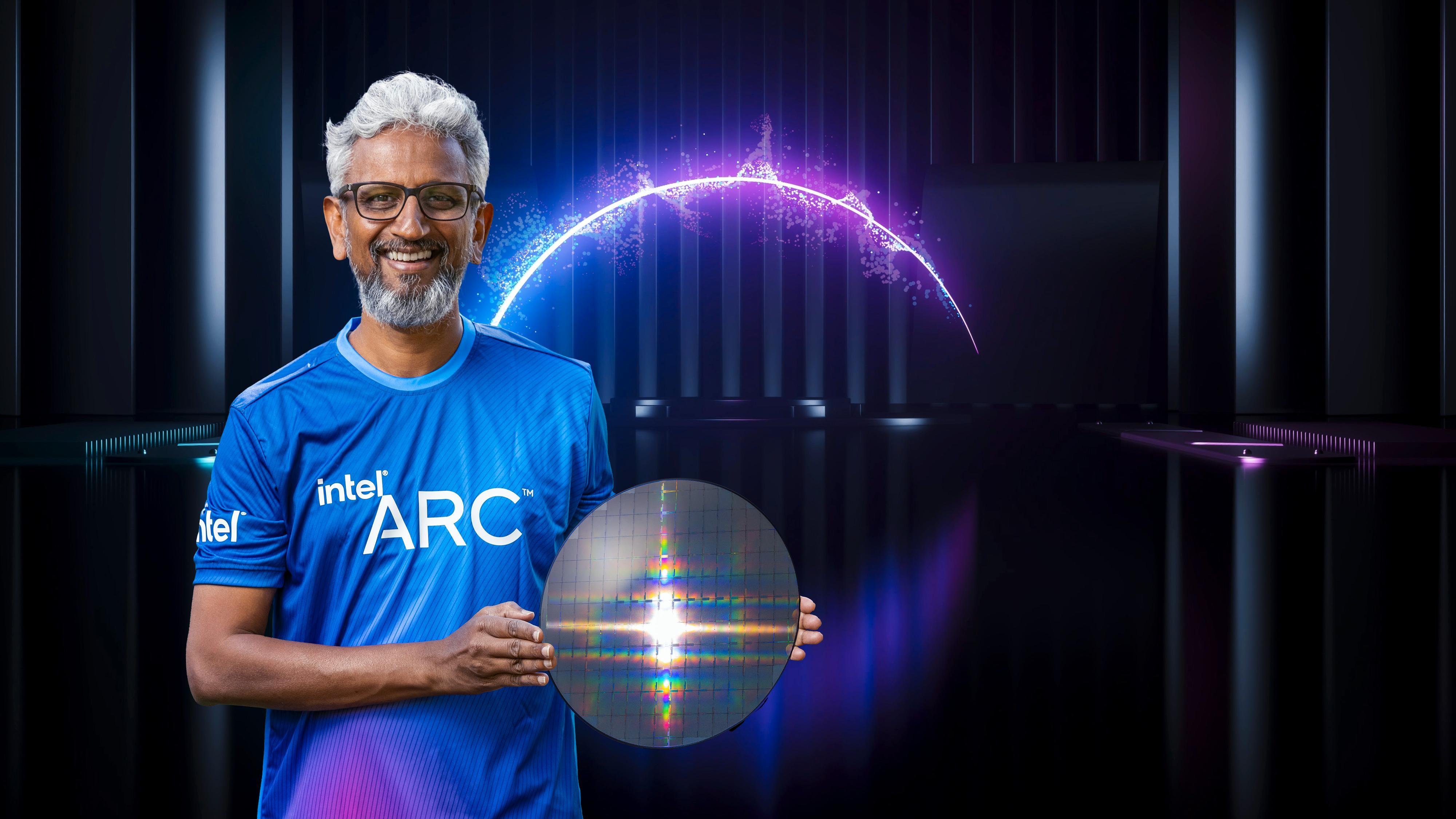Intels Raja Koduri holder en «wafer» med Arc-kretser.