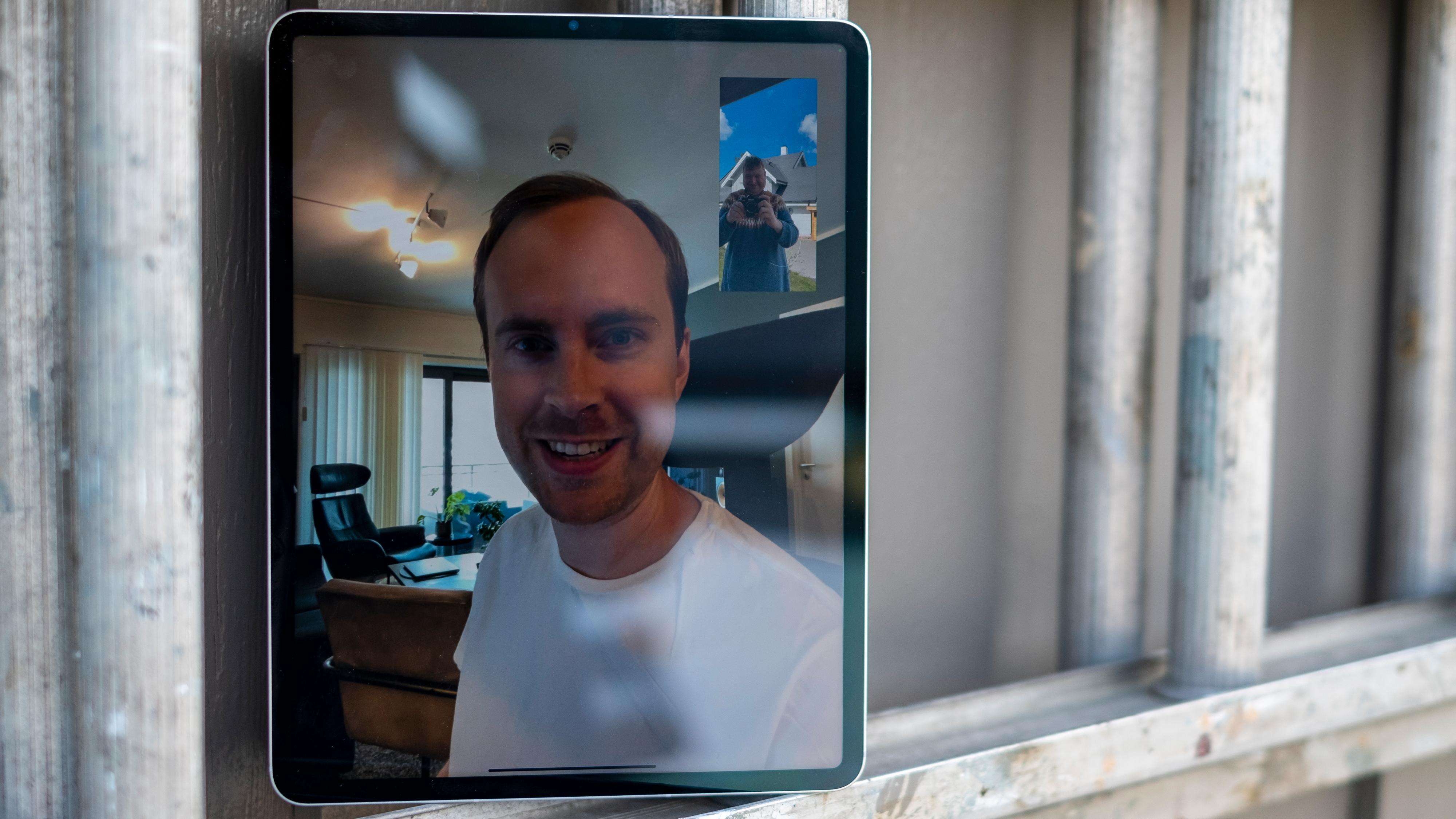 Det nye vidvinkelkameraet foran på iPaden kan følge deg rundt enten du labber rundt i hagen, eller presenterer ting på et møterom. Følgefunksjonen kunne imidlertid vært raskere.