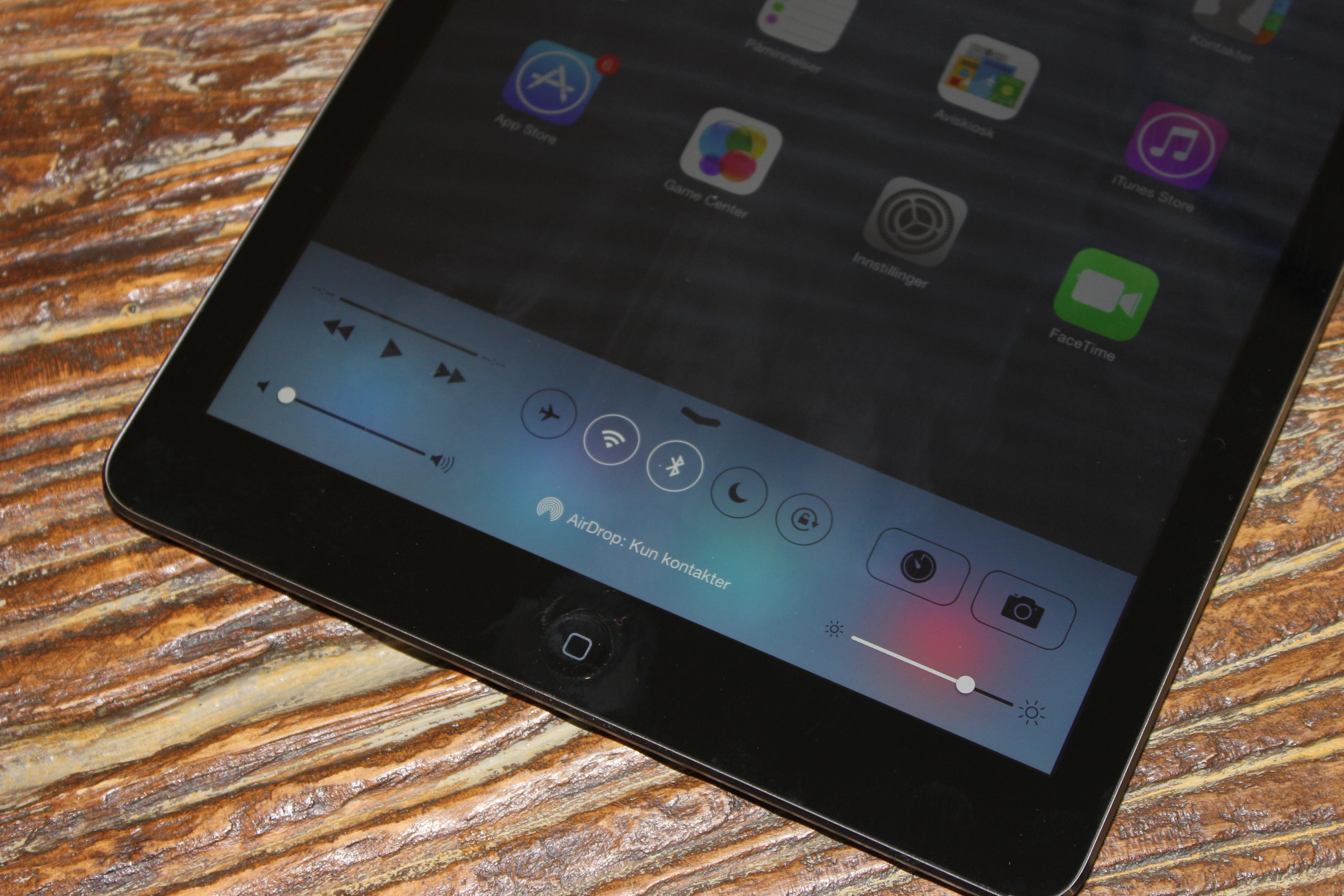 Flere smarte snarveier henter du fra bunnen av skjermen. Foto: Espen Irwing Swang, Amobil.no