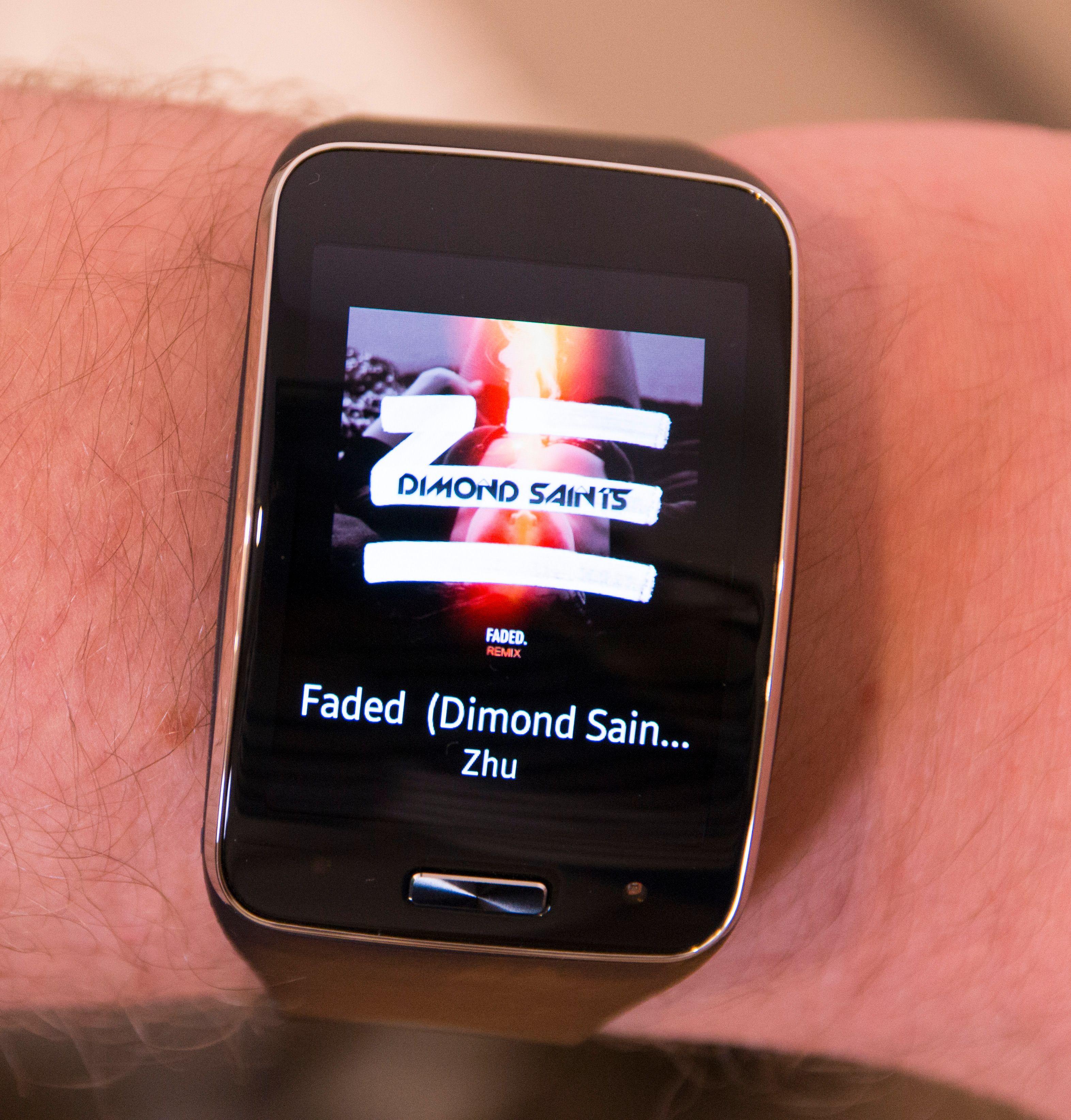Gear S har naturligvis musikkstyring. Til vanlig viser den hva du spiller, men ett ekstra tapp gir deg styringsmuligheter.Foto: Kurt Lekanger, Tek.no