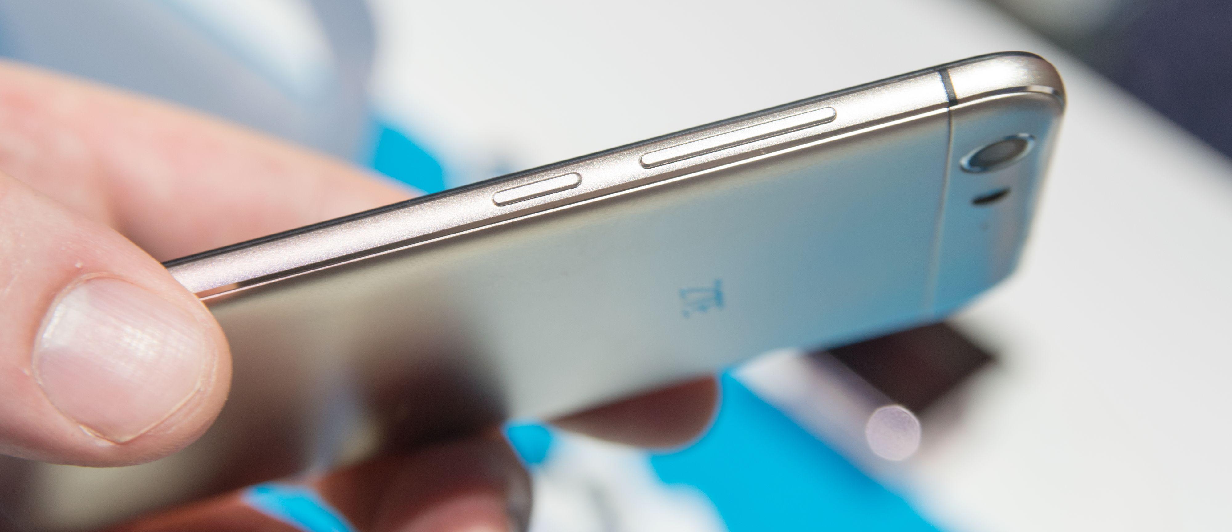 Blade V6 er en syltynn og lett telefon bygget i aluminium. Du kan sette i to SIM-kort, eller bruke den ene plassen til minnekort. Foto: Finn Jarle Kvalheim, Tek.no