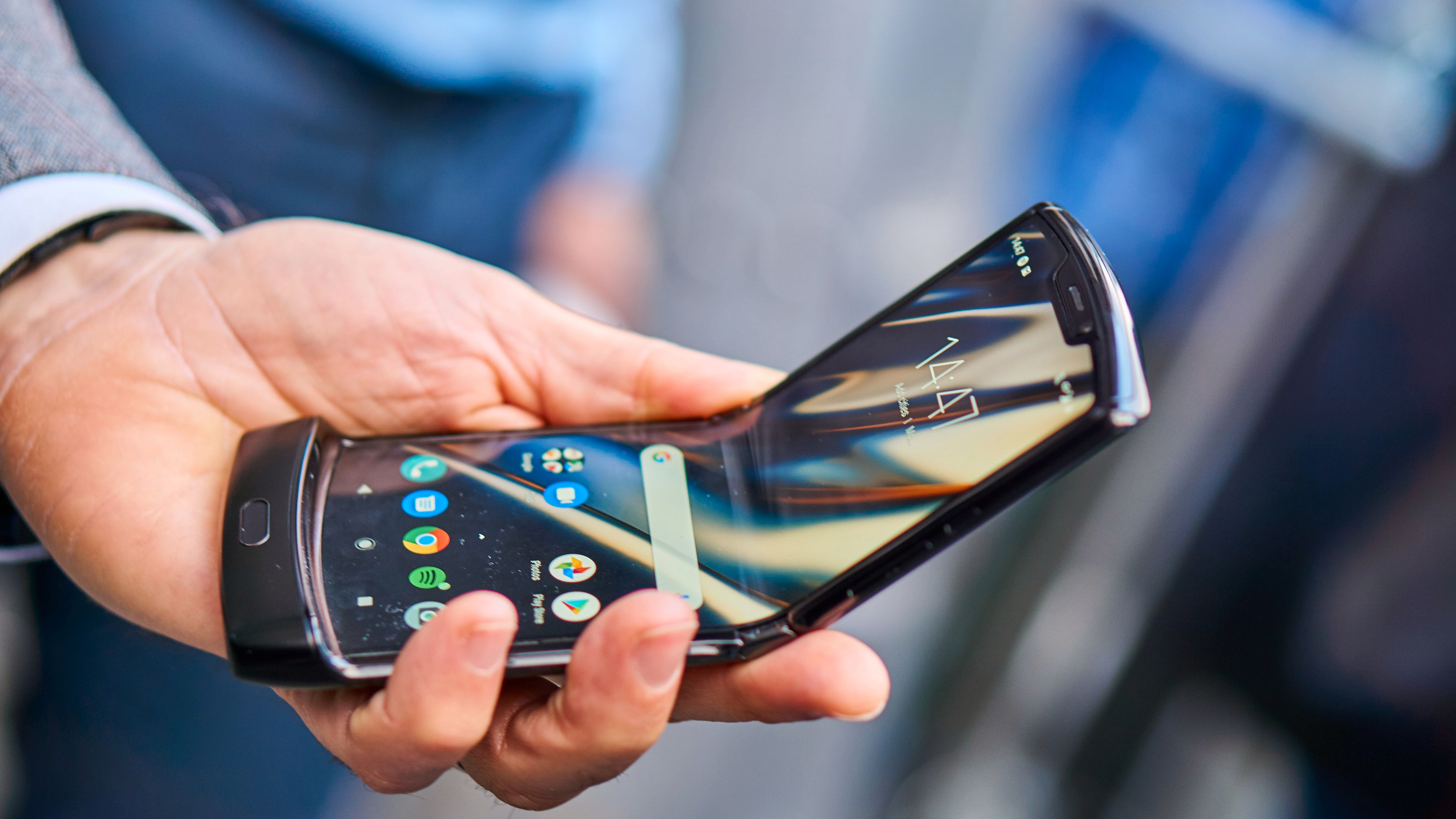 Motorola Razr i halvveis utbøyd tilstand.