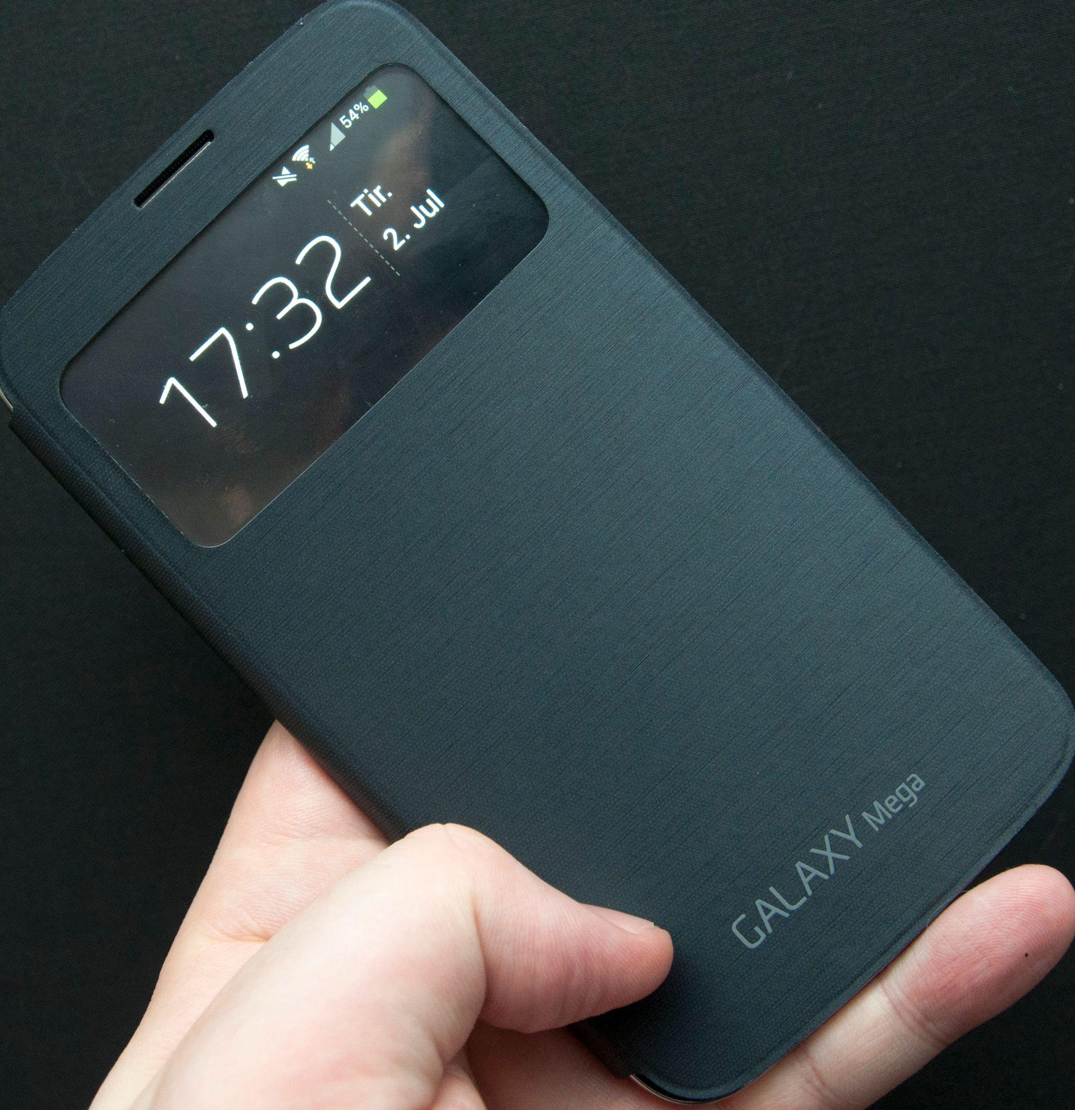 Samsung viderefører flip-dekselet sitt. Dekselet selges utenom som tilbehør, og skrur automatisk skjermen på når det åpnes. Foruten flippen er dekselet identisk med det som følger med telefonen.Foto: Finn Jarle Kvalheim, Amobil.no