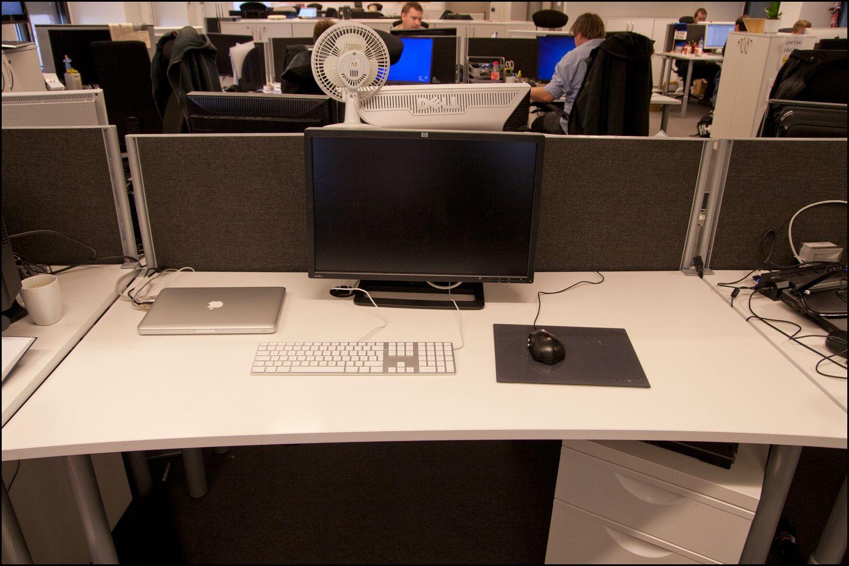 .. byttet ut med et Mac-oppsett. En Apple-skjerm er også på vei til kontoret.