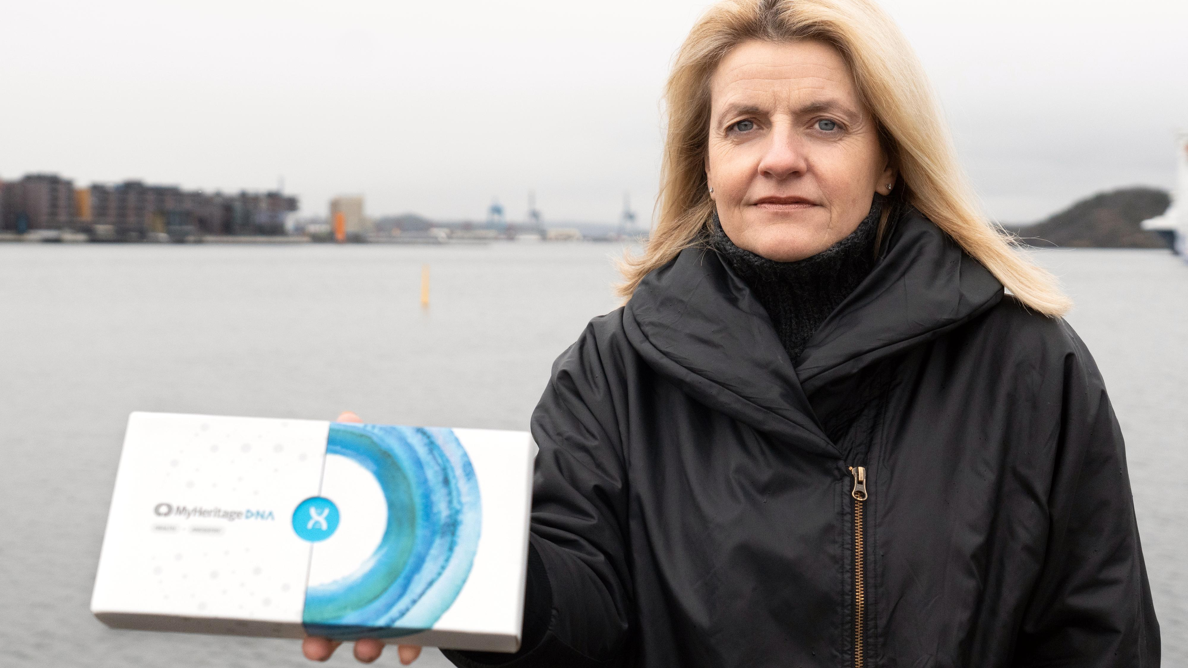 Forbrukerrådets direktør Inger Lise Blyverket med en gentest fra MyHeritage.