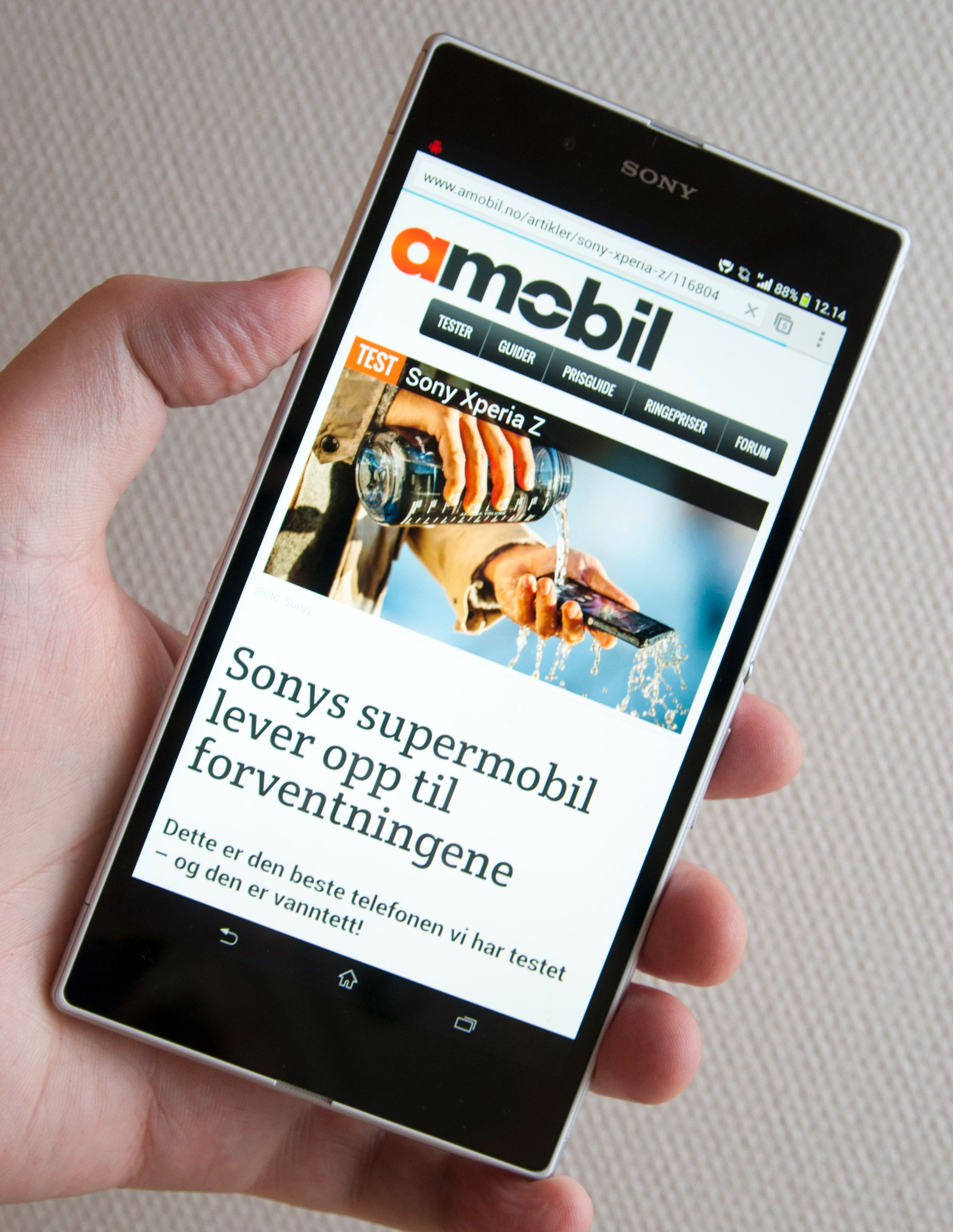 Heit konkurrent: Sonys vanntette og bjørnesterke Xperia Z Ultra er ventet å bli en av Galaxy Note IIIs sterkeste konkurrenter. Det ryktes også at HTC vil slippe en diger telefon i løpet av samme tidsrom.Foto: Finn Jarle Kvalheim, Amobil.no