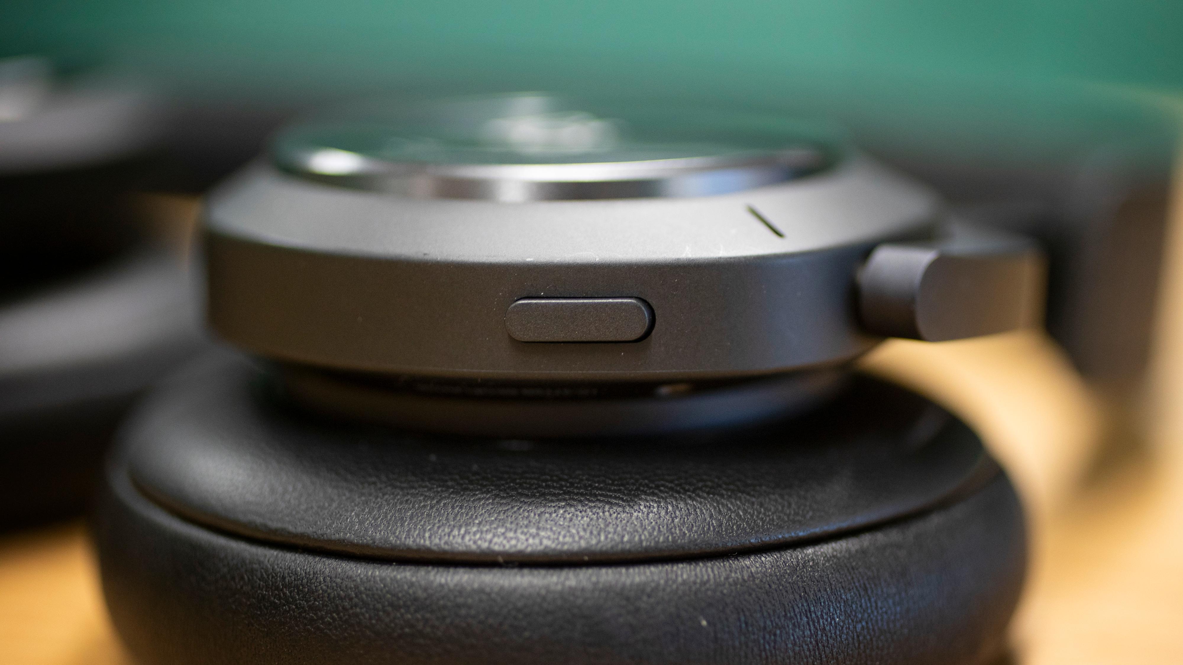 Denne knappen er ny for tredjegenerasjons H9. Den gir tilgang til taleassistent, enten du vil bruke Google Assistant eller telefonens innebygde.