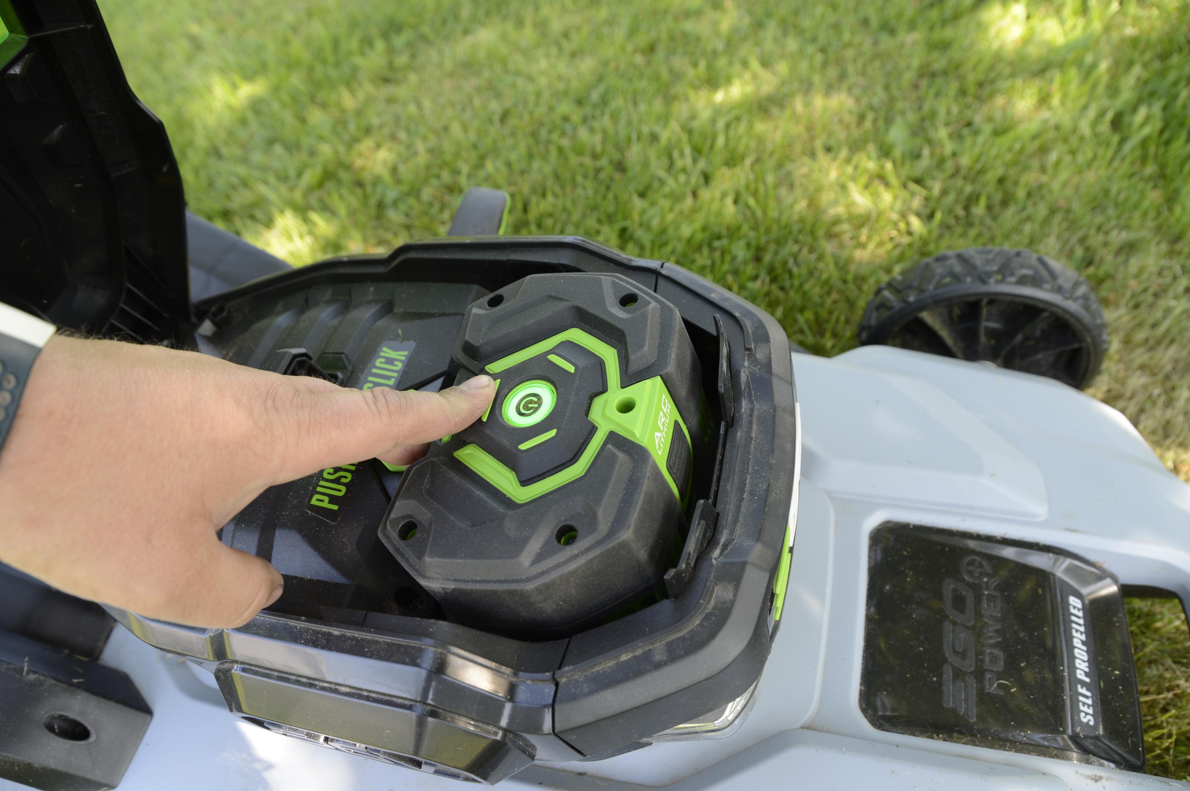Trykk på knappen for å sjekke hvor mye kapasitet batteriet har. På klipperen har du i tillegg en tilsvarende indikator på siden av motoren.