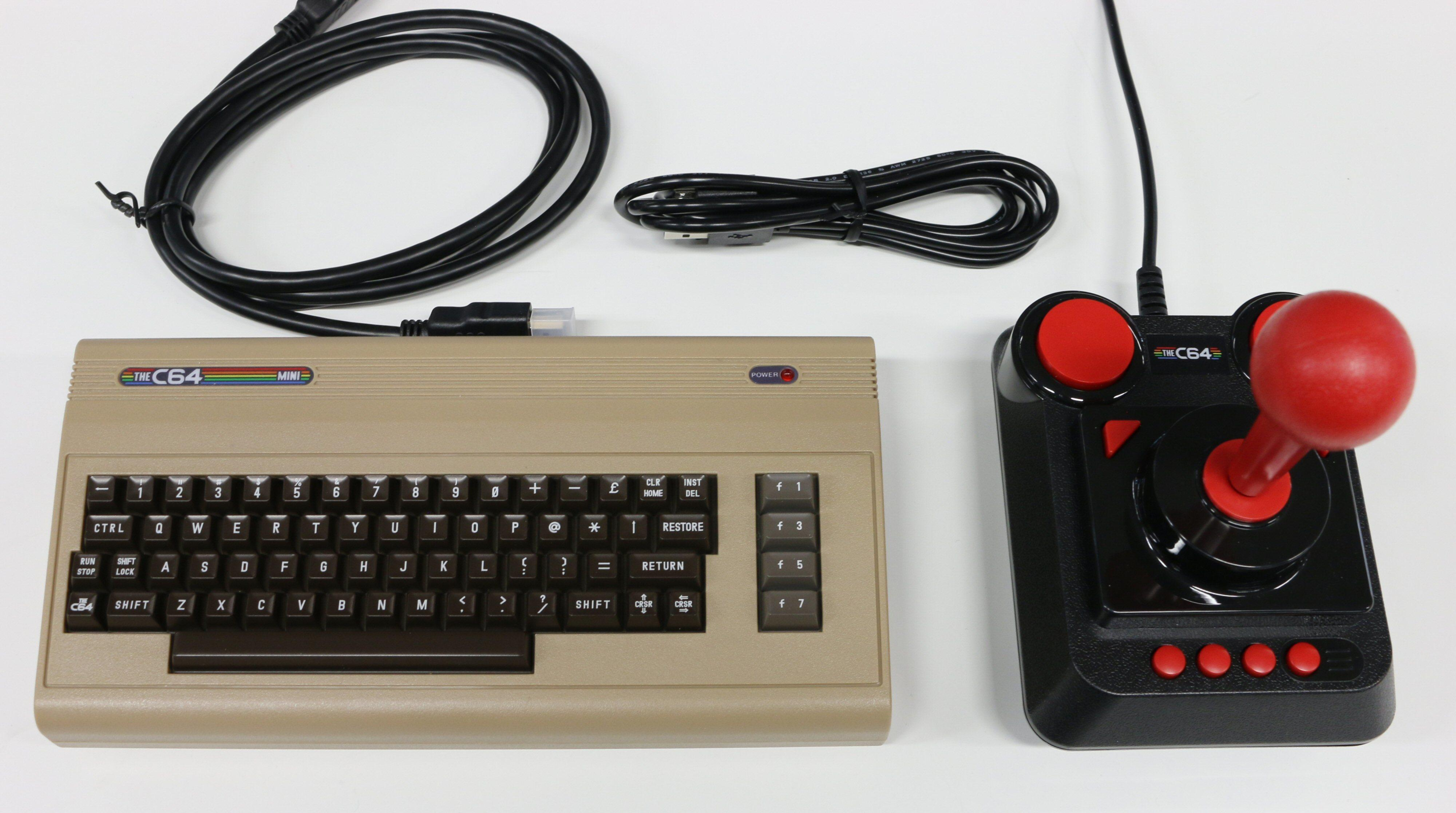 Alt som er med i pakken: konsoll, joystick, HDMI-kabel og USB-kabel for strøm.