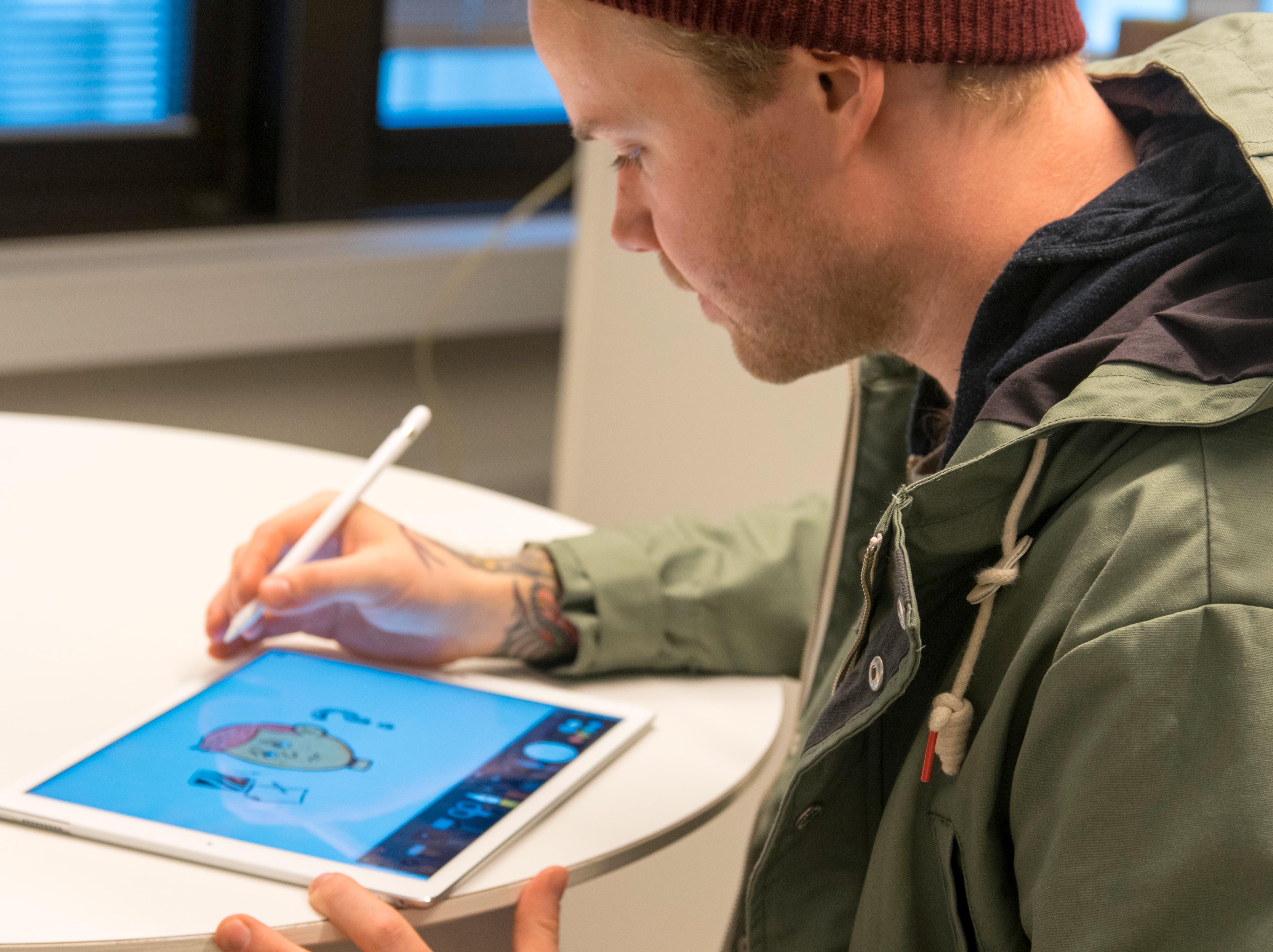 Vår tegner, Simen Røyseland,likte Pencil, men beskrev den mer som et leketøy enn som et verktøy. Foto: Finn Jarle Kvalheim, Tek.no