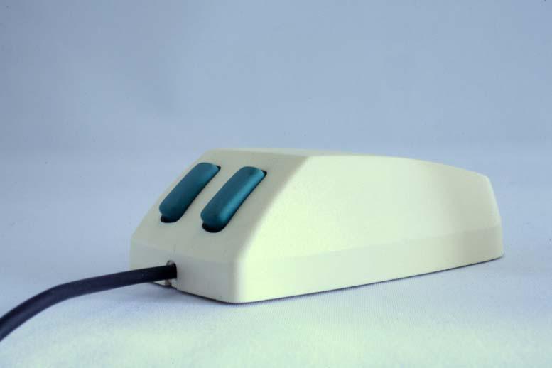 Microsofts første mus kom i 1983 og fikk fort kallenavnet «Green Eye Mouse». Den kostet 195 dollar og Microsoft brukte over ett år på å selge de første 50 000 eksemplarene.Foto: Microsoft