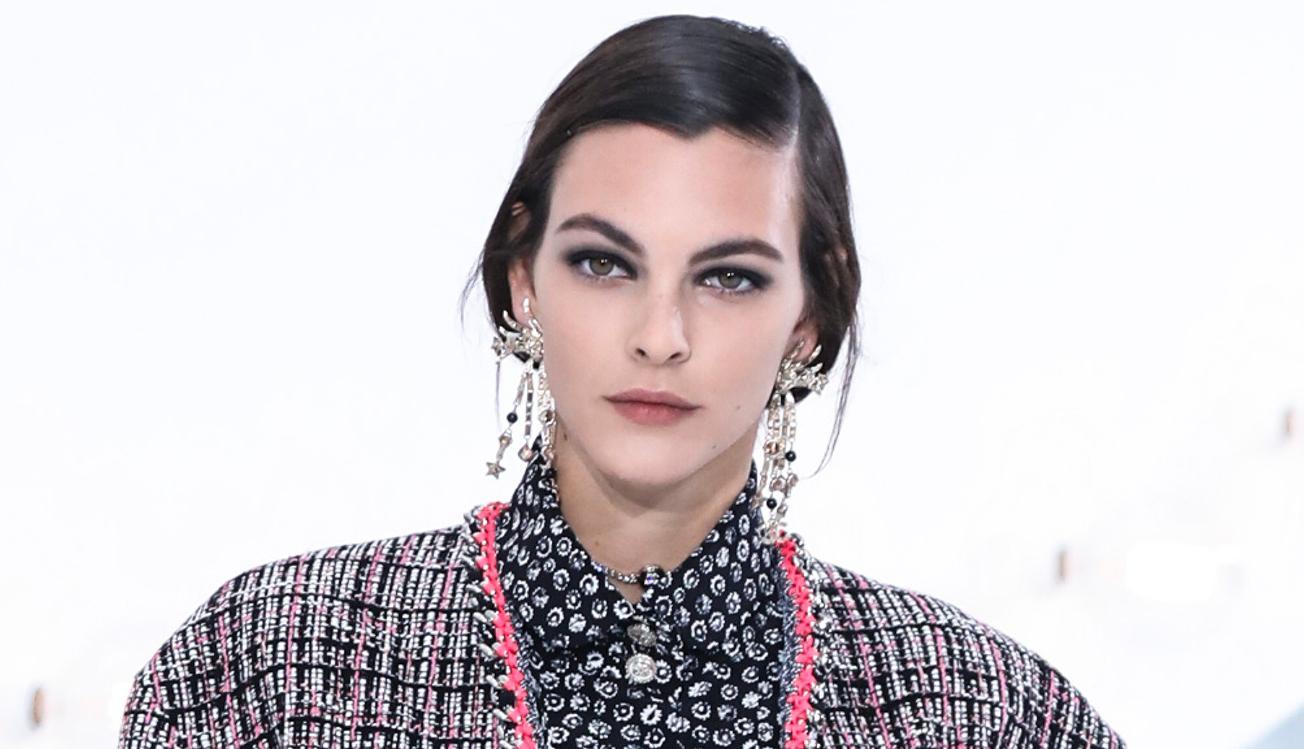 Naturliga ögonbryn med en ofixad look är en stor trend i vår. Här syns de trendiga brynen på Chanels vårvisning 2021.