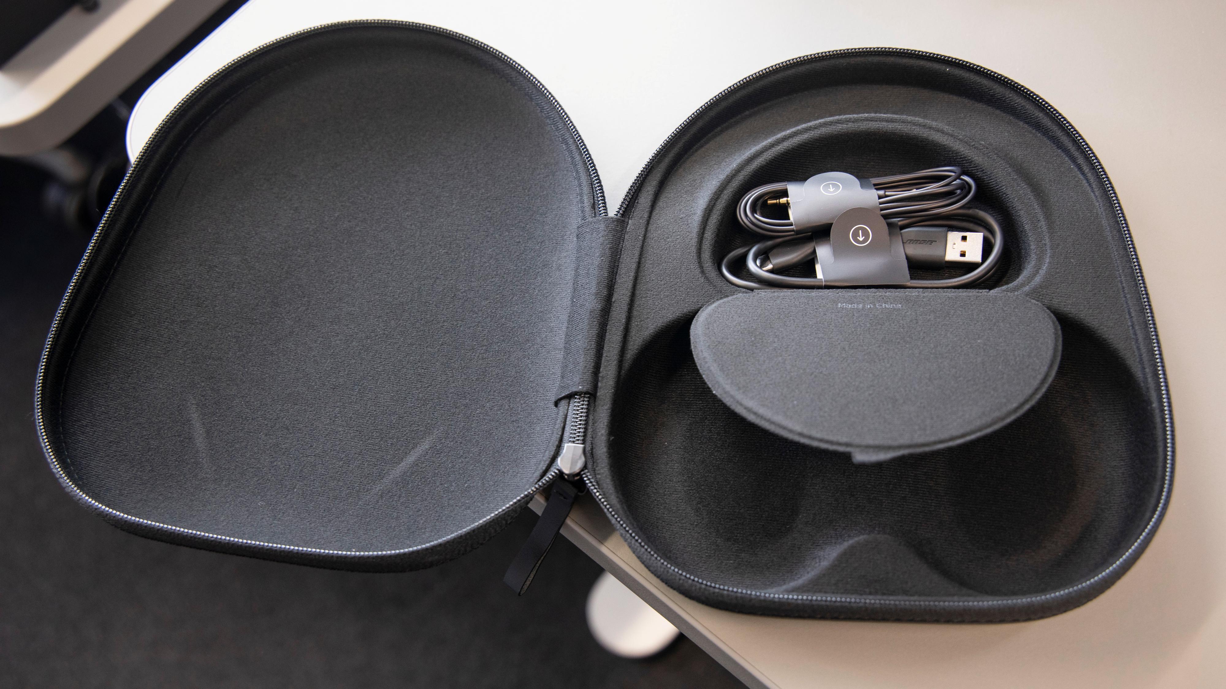 Bose-hodetelefonene er ikke sammenleggbare, og det gjør etuiet ganske stort. Kablene er gjemt under en liten magnetfestet flapp.